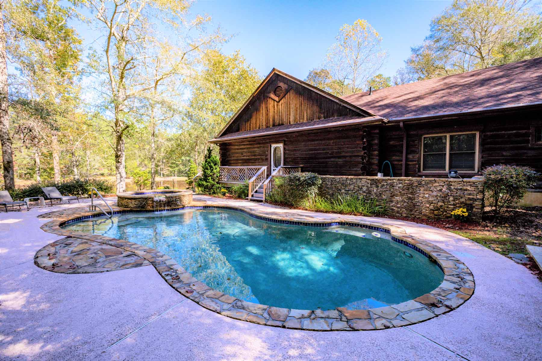 Eensgezinswoning voor Verkoop op Luxurious Waterfront Cabin 261 McIntosh Cir Jackson, Georgië 30233 Verenigde Staten