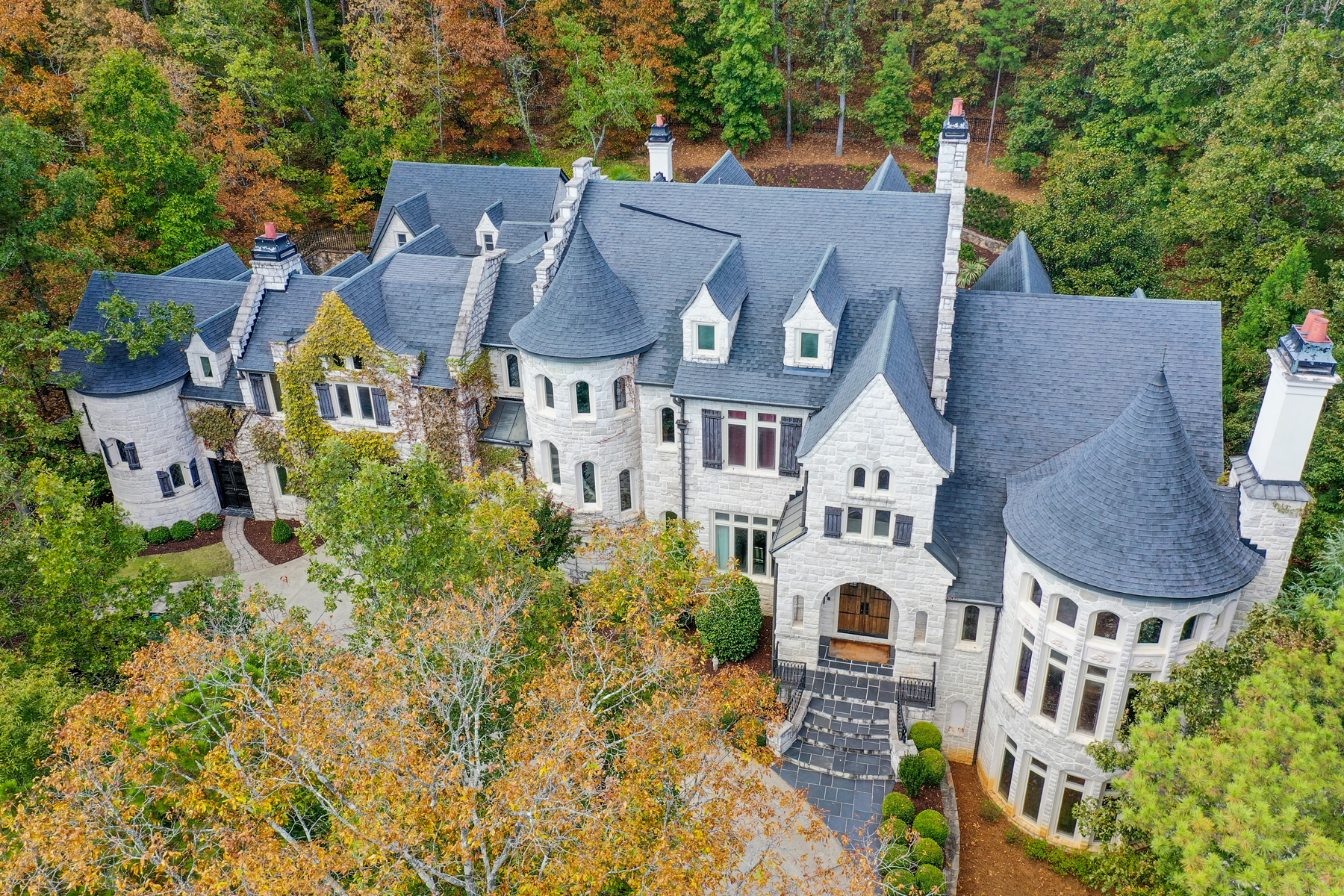 Single Family Homes voor Verkoop op Extraordinary Old World Home Reminiscent Of A European Chateau 8976 Old Southwick Pass, Johns Creek, Georgië 30022 Verenigde Staten