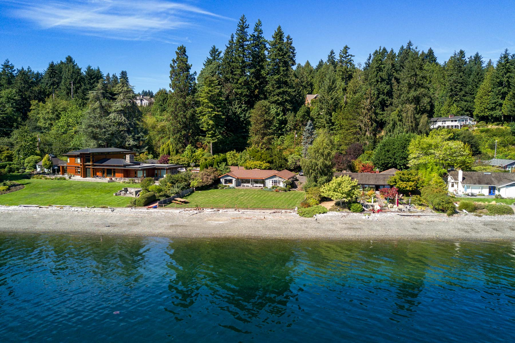 Casa Unifamiliar por un Venta en Island Living on Point White 3708 Point White Drive NE Bainbridge Island, Washington 98110 Estados Unidos