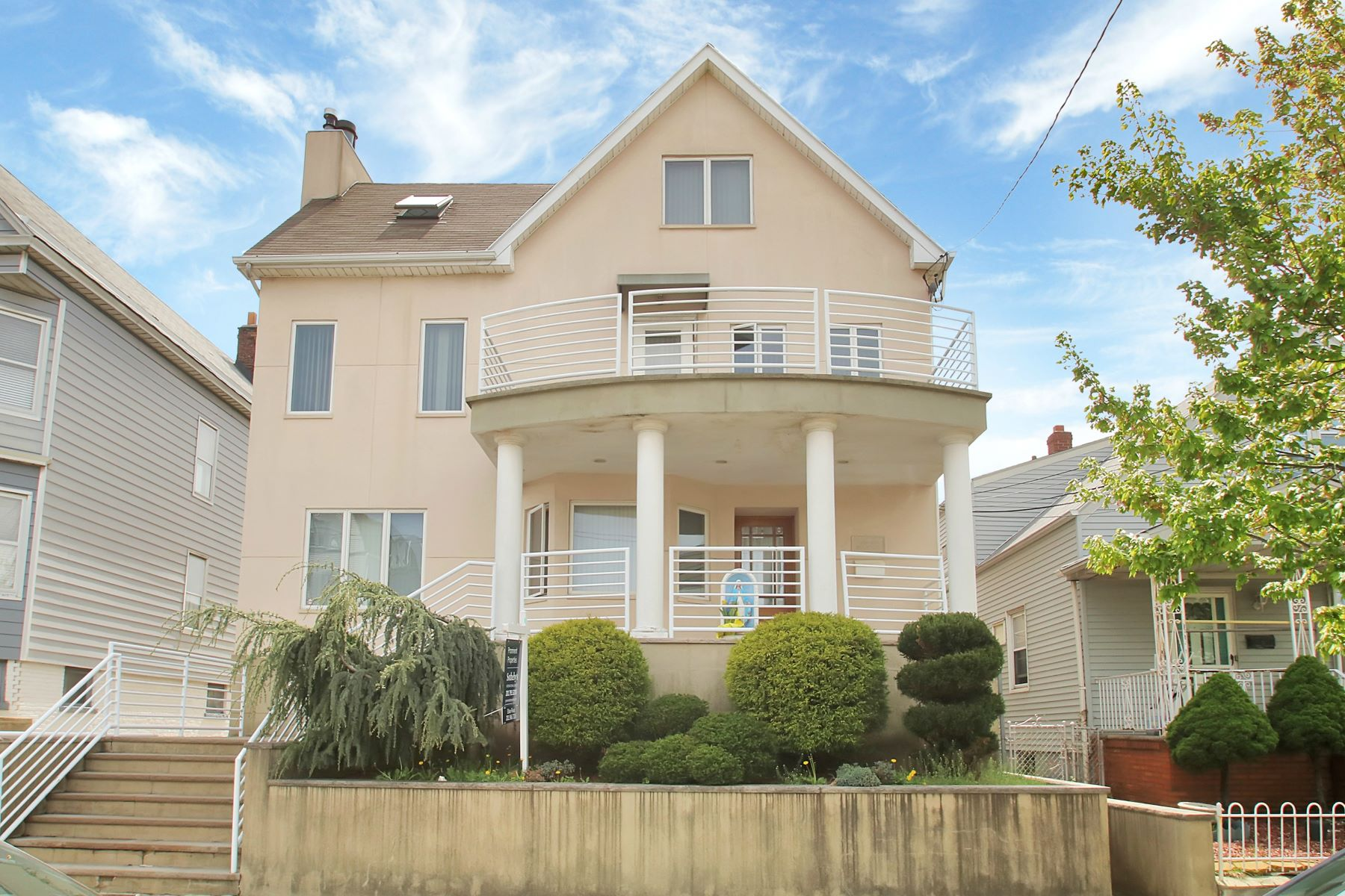 متعددة للعائلات الرئيسية للـ Sale في Exceptional one of a kind colonial Home 140 West 25th Street Bayonne, New Jersey 07002 United States