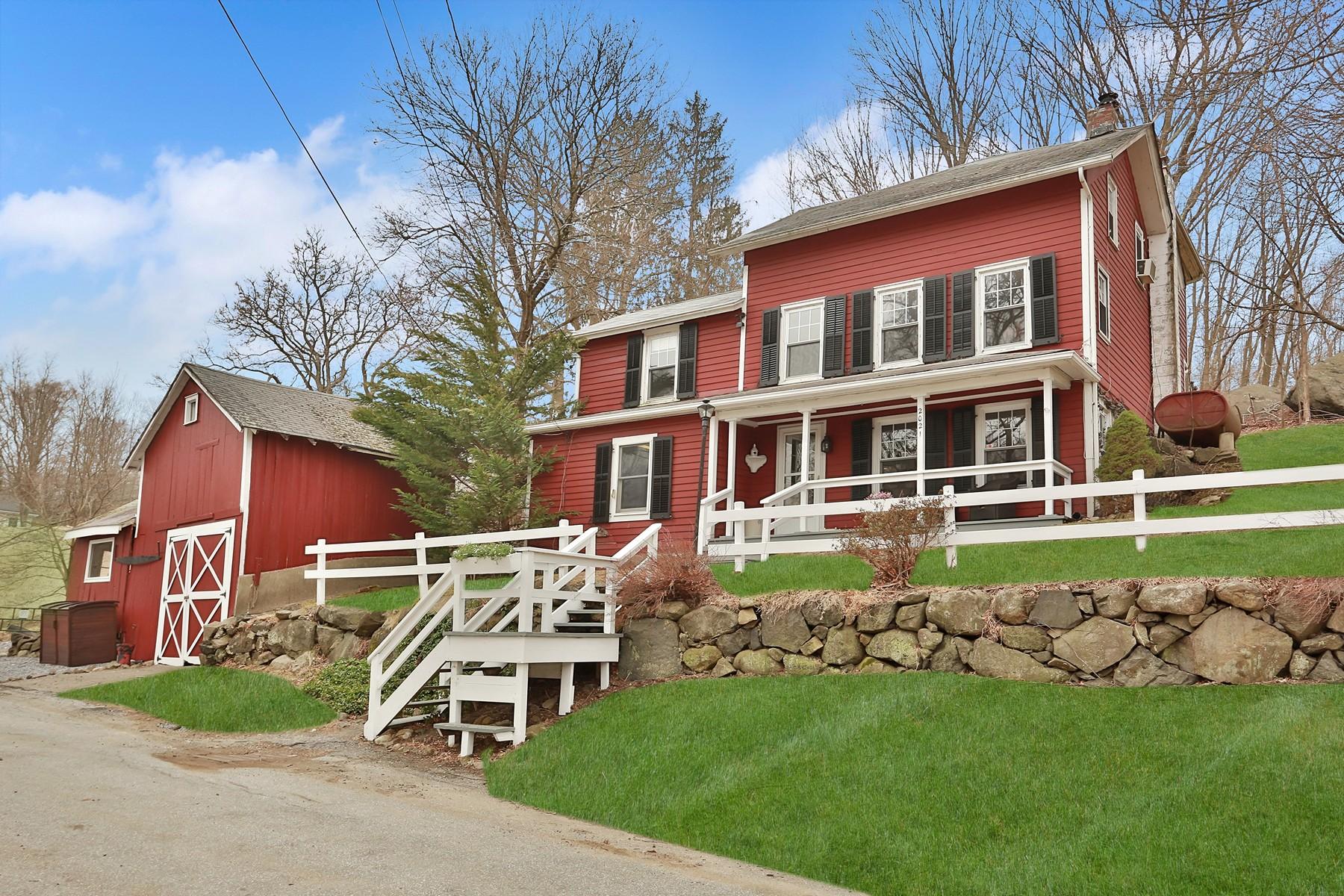 Single Family Homes för Försäljning vid Charming Antique Farmhouse 2021 Old Maple Ave, Cortlandt Manor, New York 10567 Förenta staterna