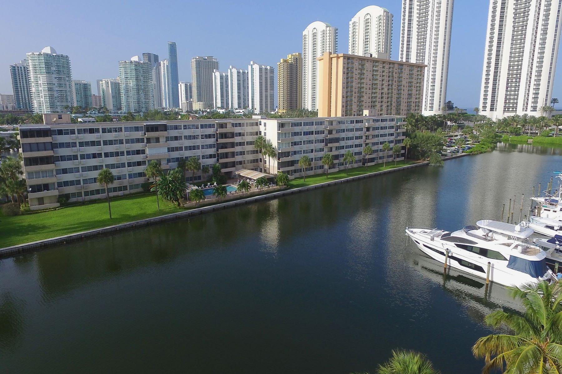 Appartement en copropriété pour l à louer à 220 Kings Point Dr. # 205 220 Kings Point Drive # 205 North Miami Beach, Florida 33160 États-Unis