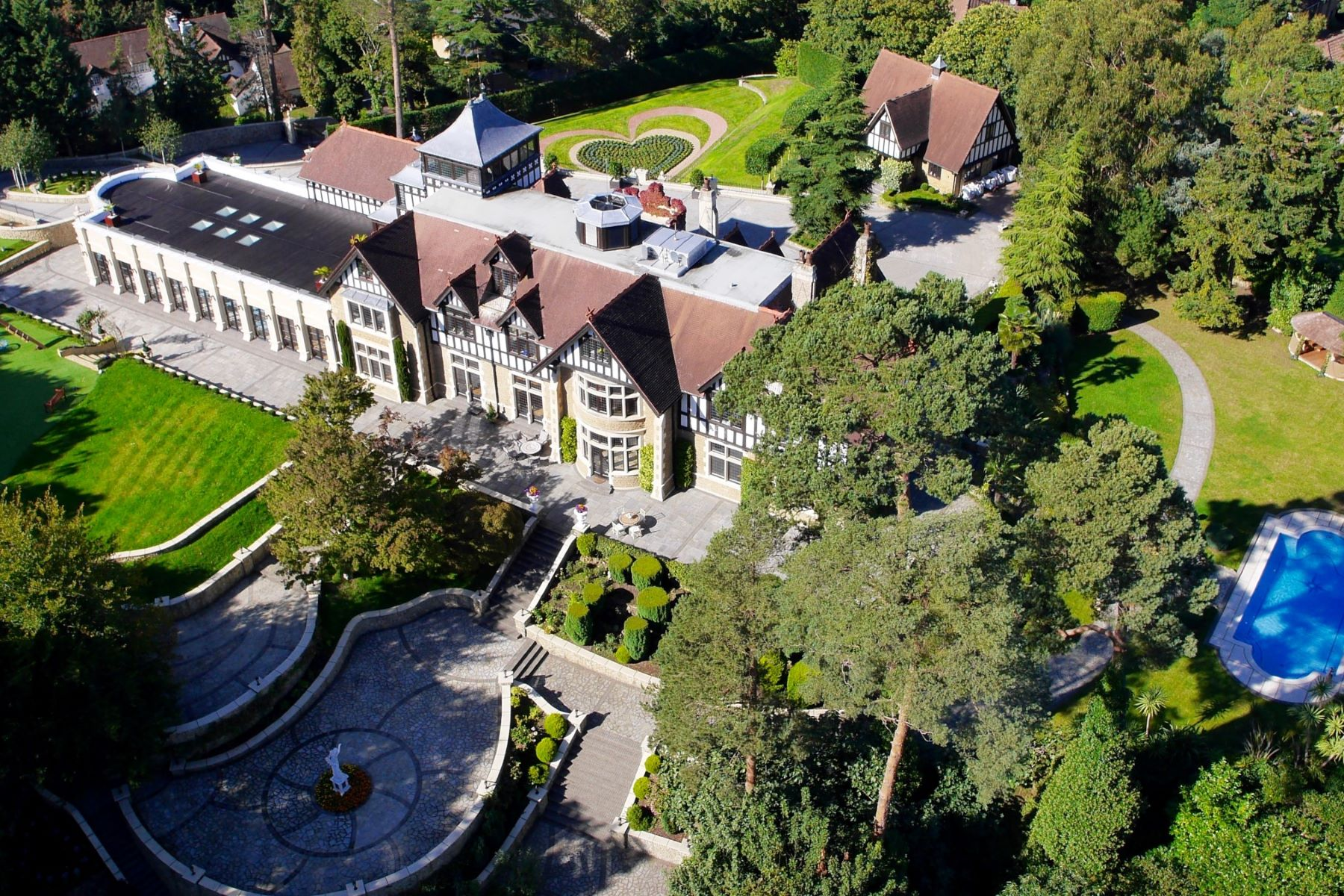 Single Family Home for Sale at Oxshott, Surrey Pinewood House Warren Lane Oxshott, England KT22 0ST United Kingdom