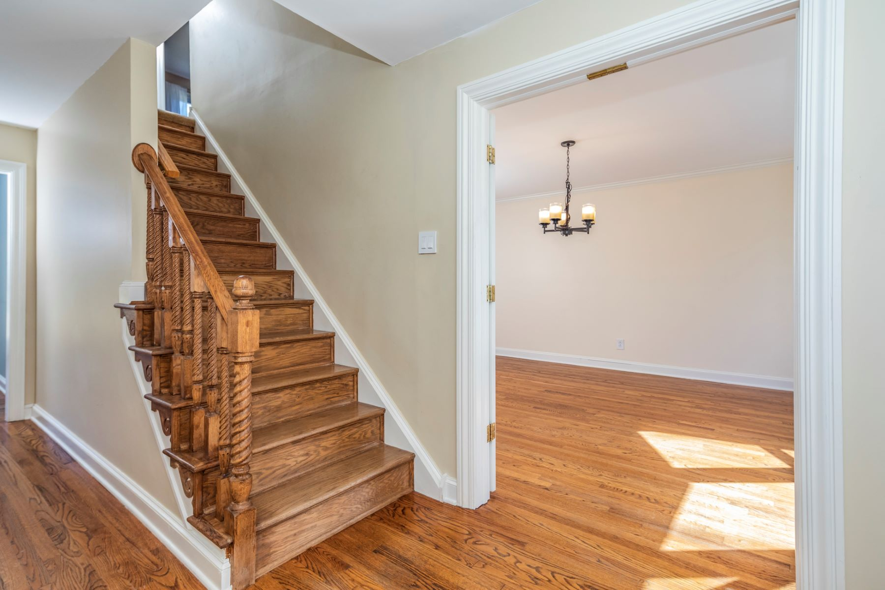 Additional photo for property listing at Impeccably Renovated in Lawrenceville Greene 4 Hamilton Court, Lawrenceville, 뉴저지 08648 미국