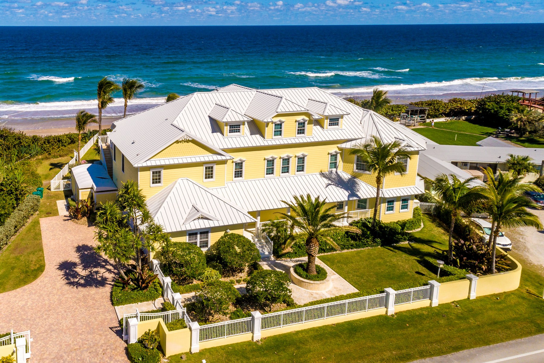Single Family Homes для того Продажа на Gorgeous Tropically Landscaped Home with Endless Ocean Vistas 5045 S Highway A1A Melbourne Beach, Флорида 32951 Соединенные Штаты