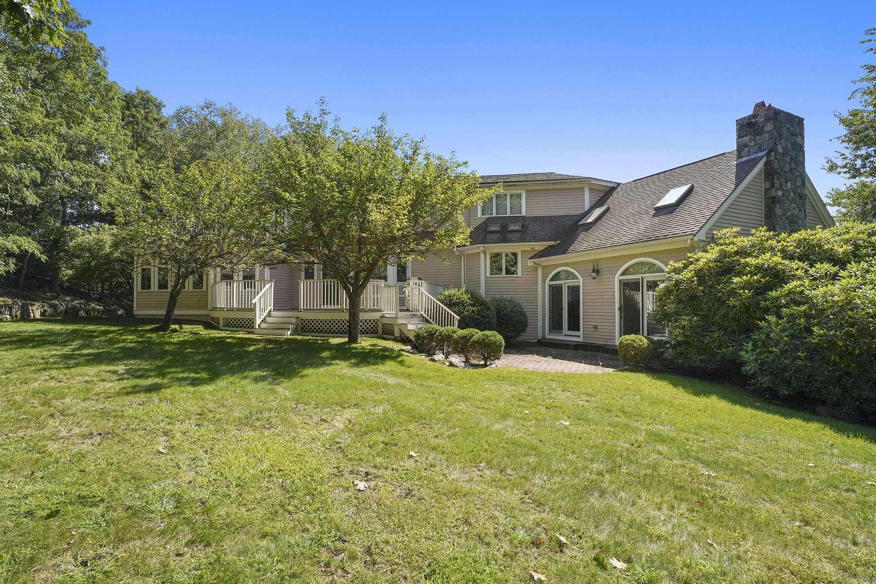 Single Family Homes por un Venta en Indian Cliff Estates Conveniently Located Minutes to Boston 87 Countryside Lane Milton, Massachusetts 02186 Estados Unidos