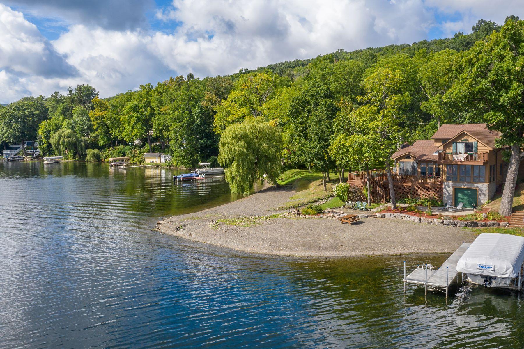 Single Family Homes 為 出售 在 The Crown Jewel of Spencer Point 5311 Meadow Creek Lane, Honeoye, 纽约 14471 美國