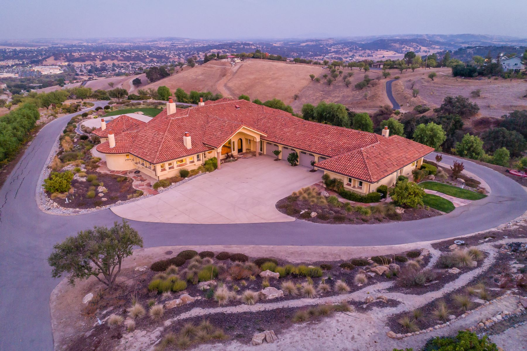 獨棟家庭住宅 為 出售 在 UNIQUE & PRIVATE HOME ON 10± ACRES 515 Calle Almendra Road Paso Robles, 加利福尼亞州 93446 美國