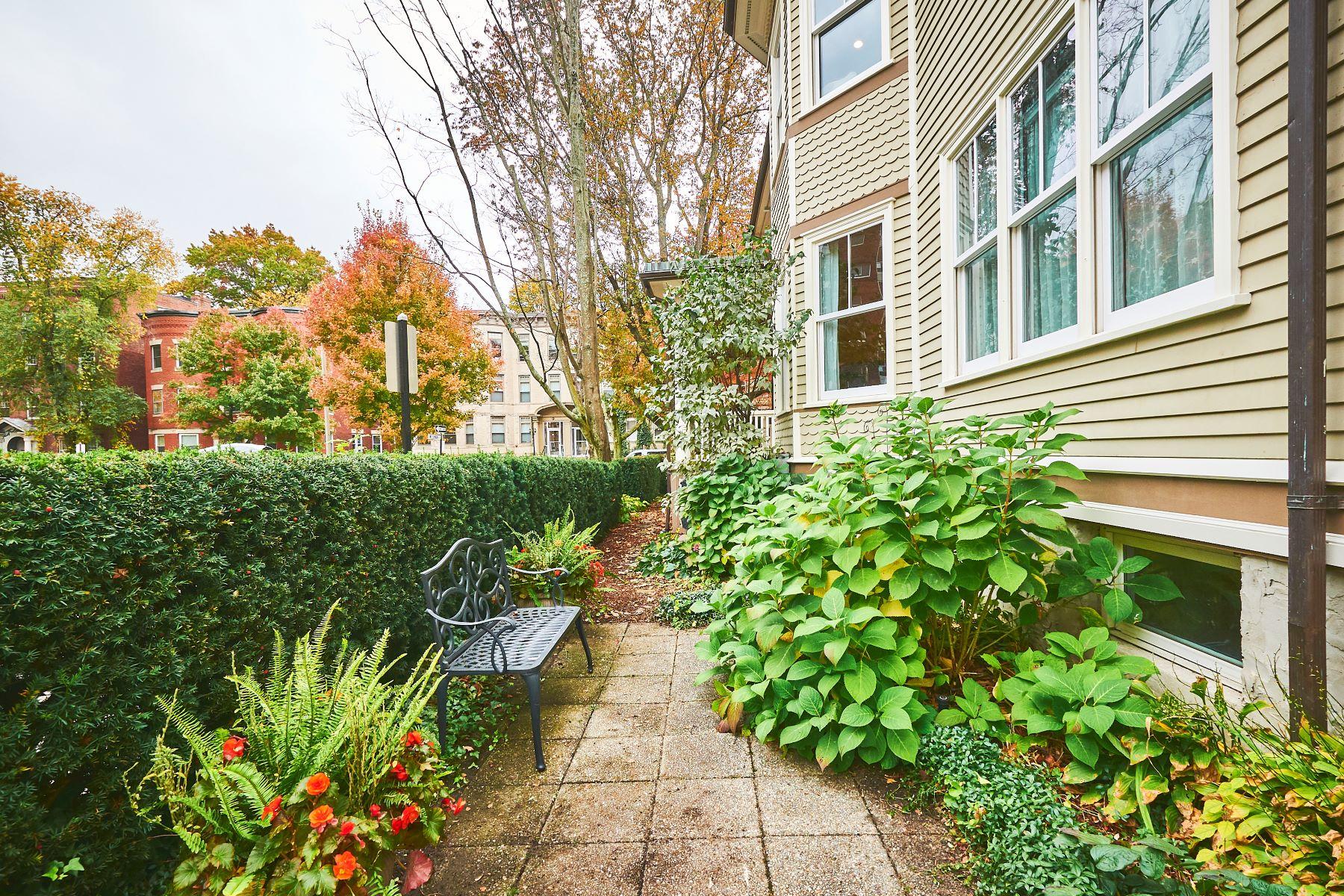 Single Family Homes pour l Vente à 35 Winchester St Brookline, Massachusetts 02446 États-Unis