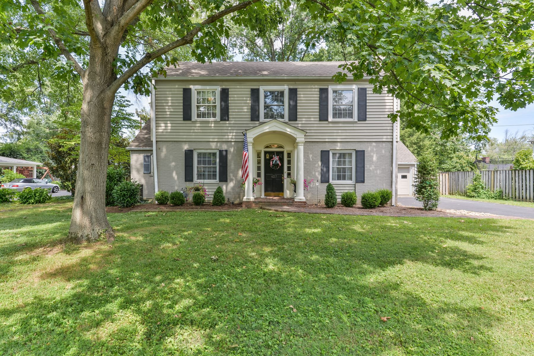Additional photo for property listing at 427 Country Lane  Louisville, Kentucky 40207 United States