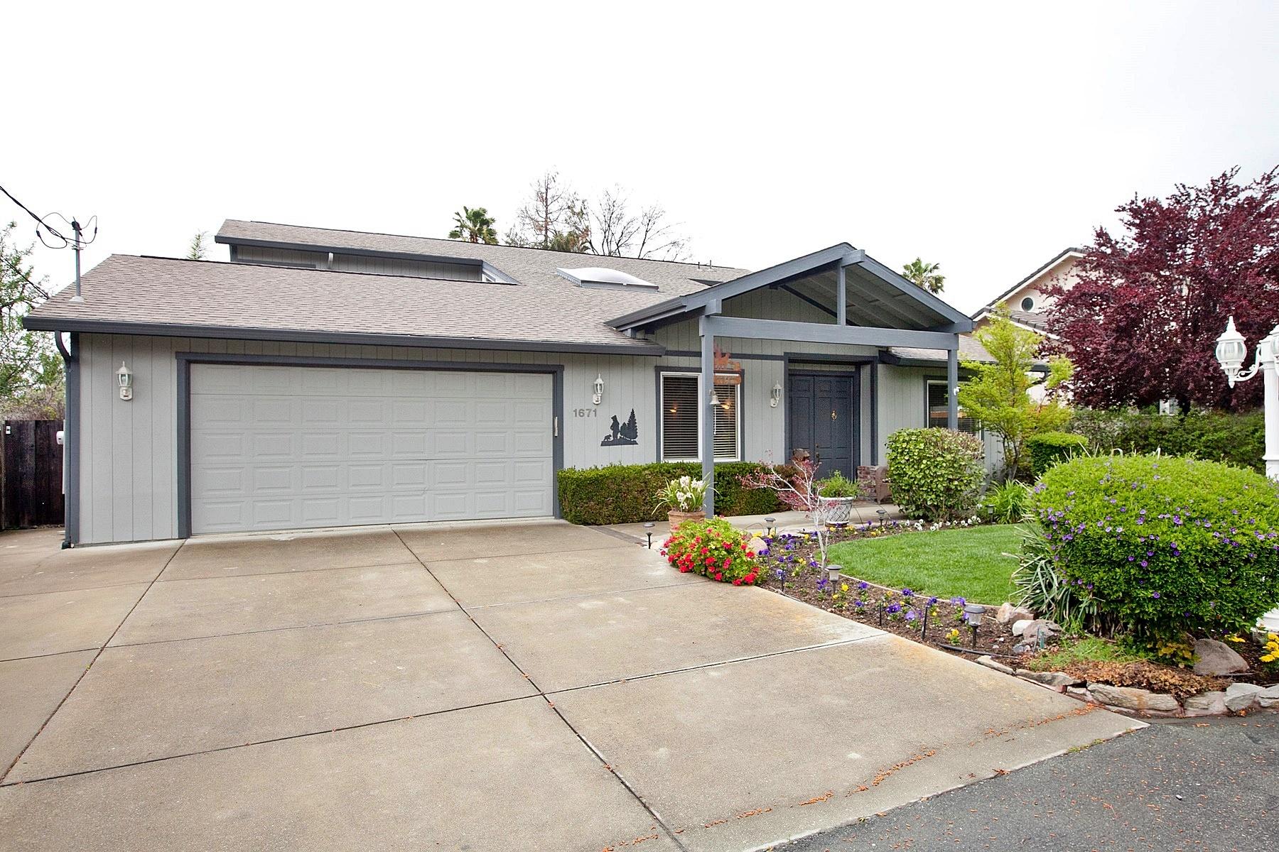 Maison unifamiliale pour l Vente à Nestled At End Of Private Lane 1671 Clark Lane Concord, Californie 94521 États-Unis