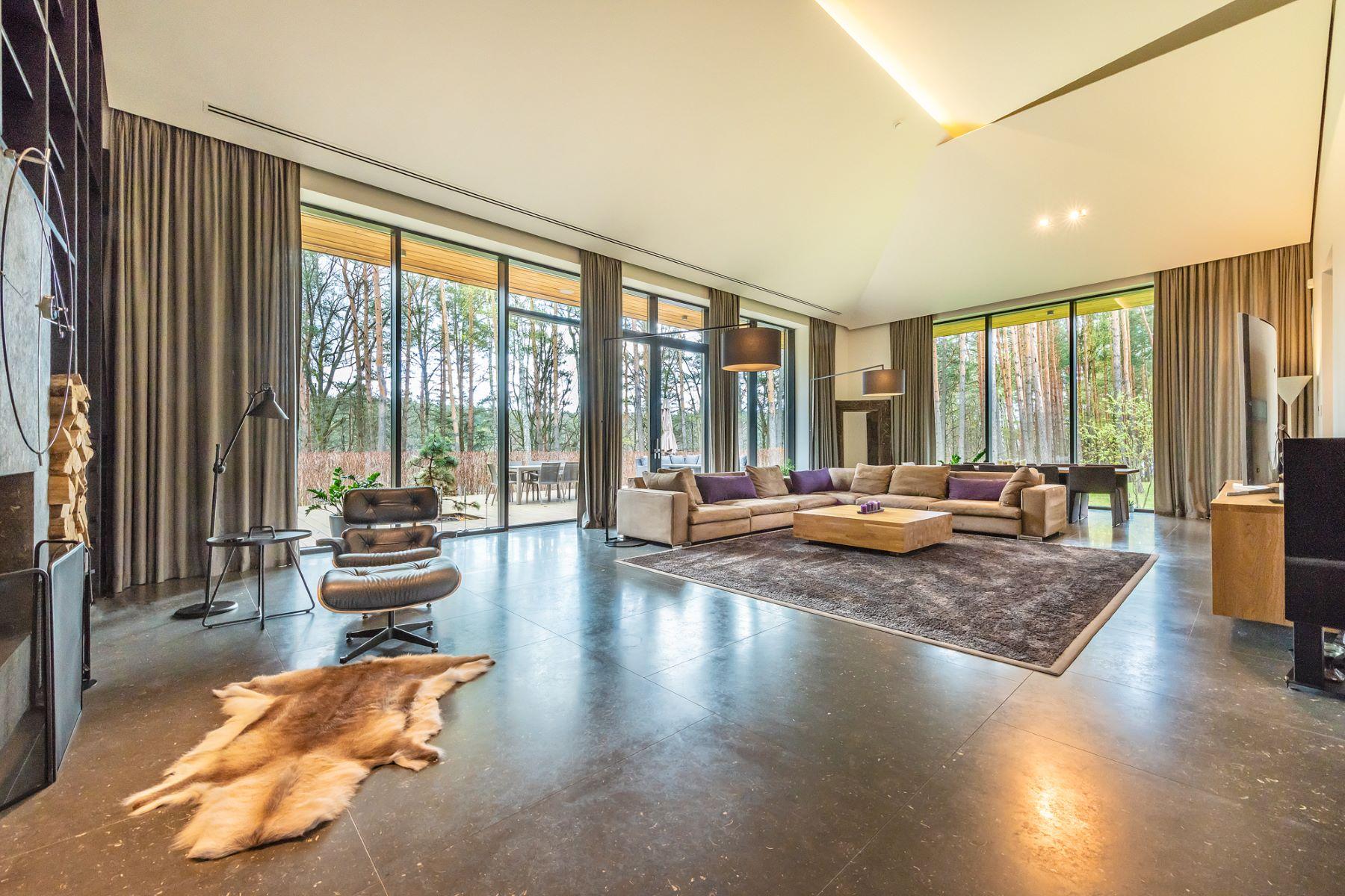 Single Family Homes por un Venta en A Modern Masterpiece on a Lake Shore Vilnius, Vilnius County Lituania