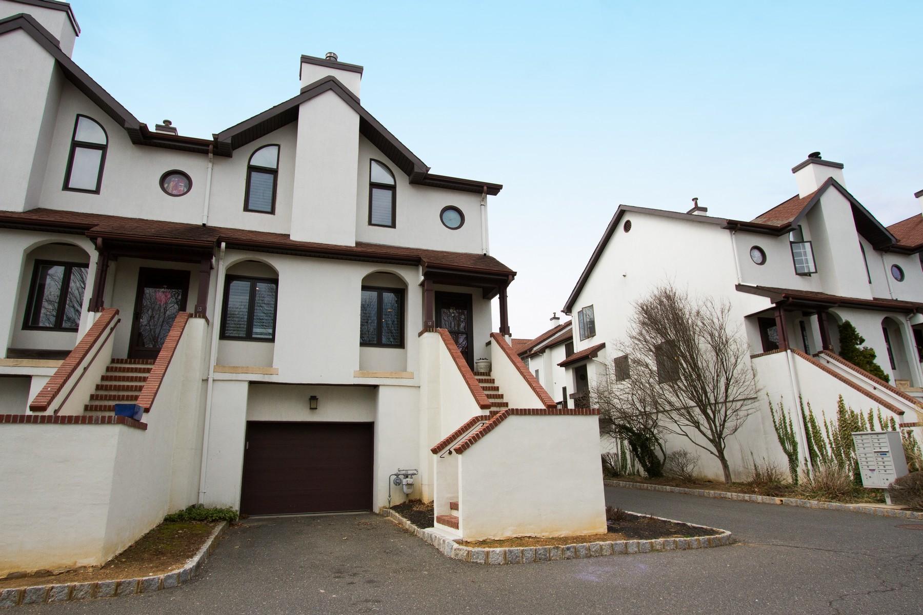 Appartement en copropriété pour l Vente à Move In Ready! 12 Tower Hill Dr, Red Bank, New Jersey 07701 États-Unis