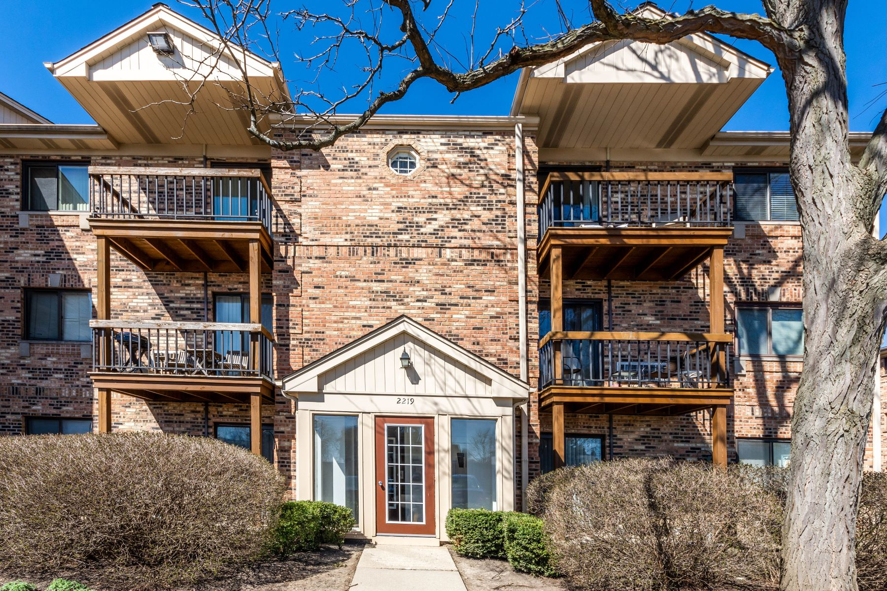 Condominiums for Active at Well Maintained Arlington Heights Condo 2219 Nichols Road Unit 17E Arlington Heights, Illinois 60004 United States