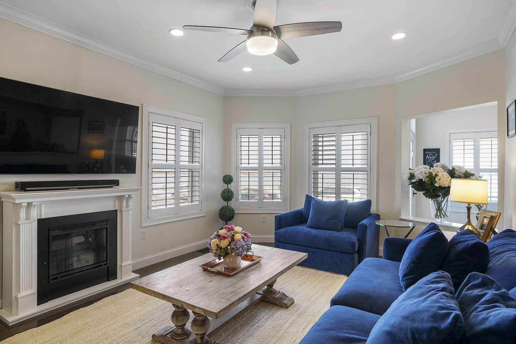 Condominiums pour l Vente à Beautiful First Floor Three Bedroom Two Bath Condo 5 Winthrop Shore Dr 1 Winthrop, Massachusetts 02152 États-Unis
