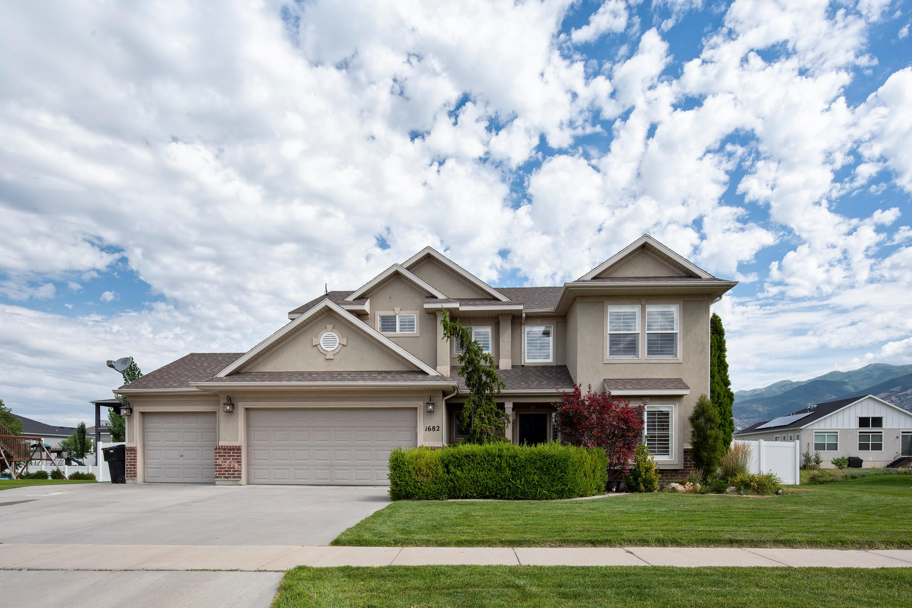 Single Family Homes for Active at Great Curb Appeal in Farmington 1682 Country Bend Rd Farmington, Utah 84025 United States