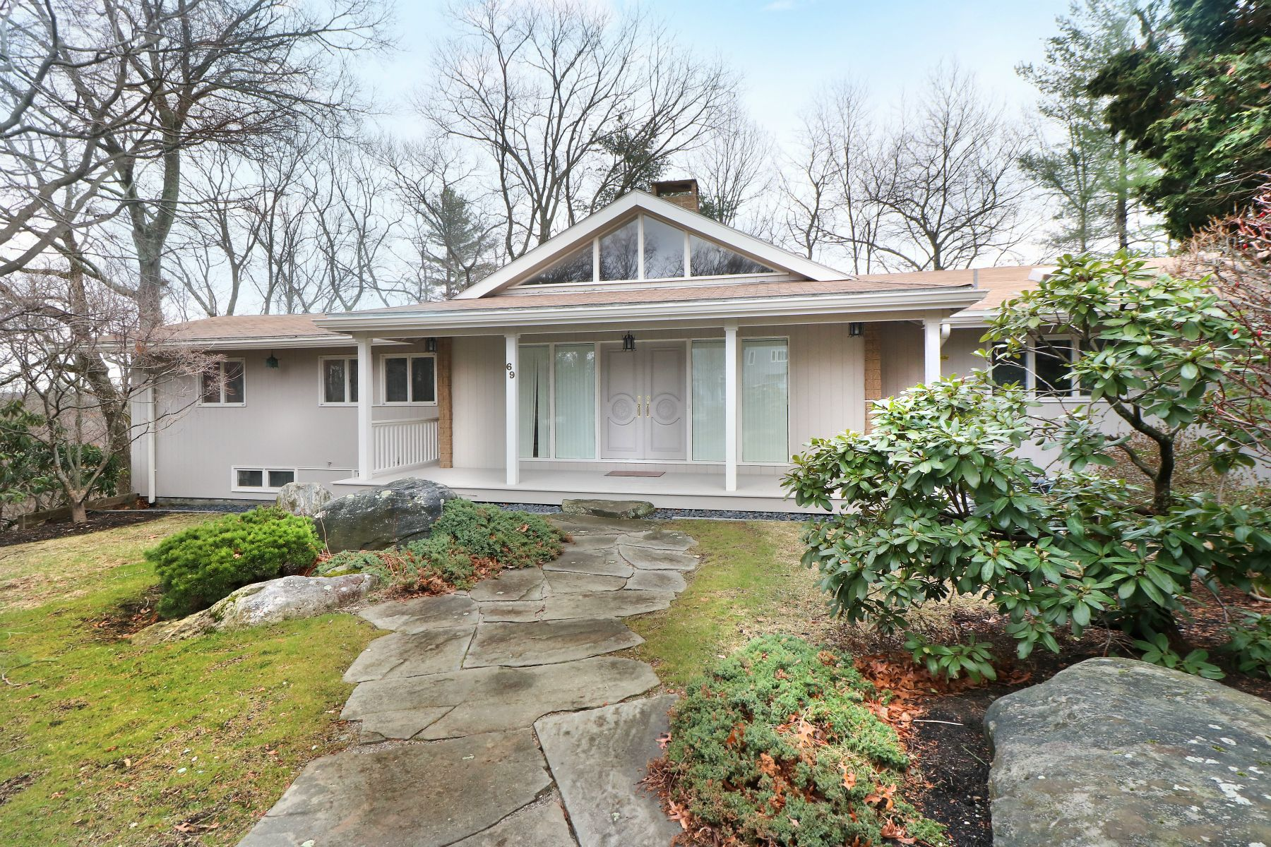 Single Family Home for Sale at 69 Crestwood Rd, Newton Newton, Massachusetts 02465 United States