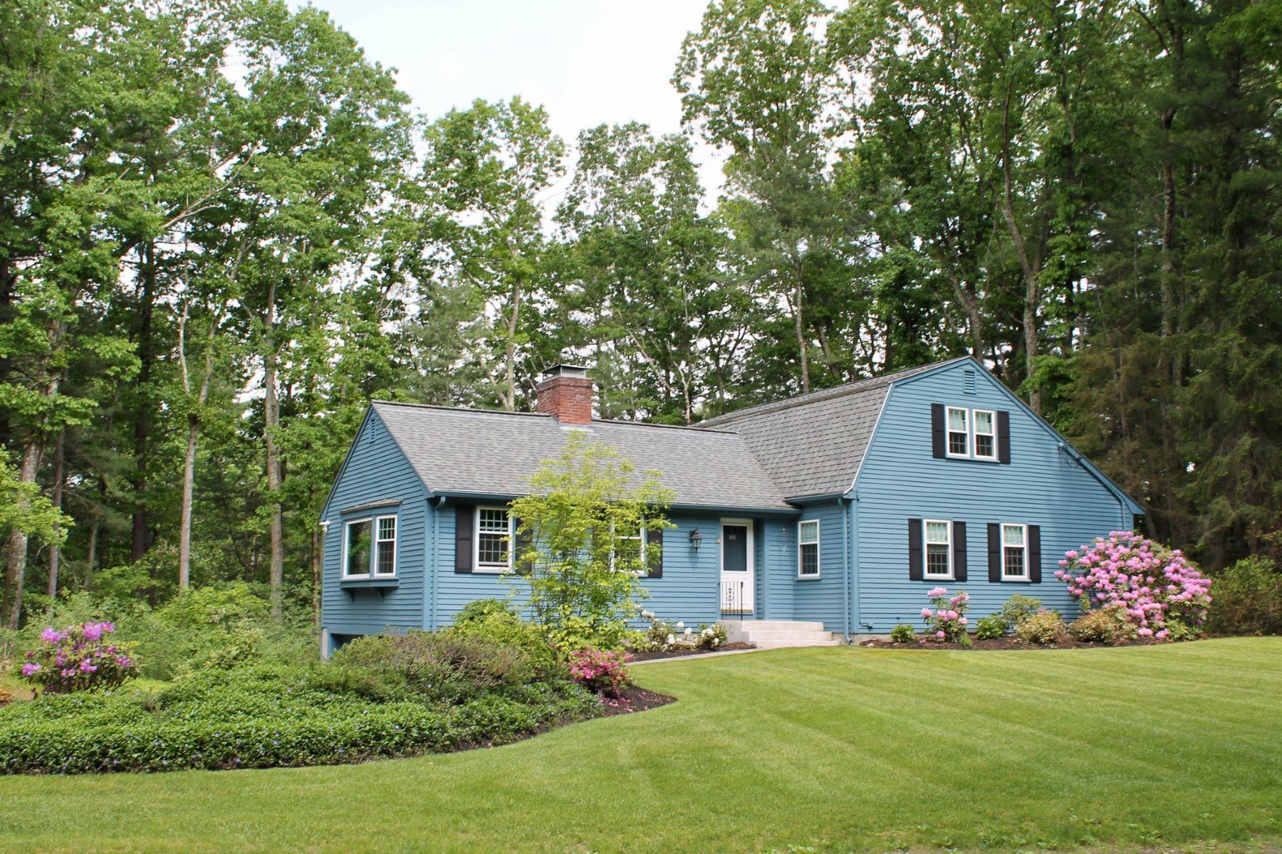 Single Family Homes pour l Vente à 11 Hickory Hill Road Wayland, Massachusetts 01778 États-Unis