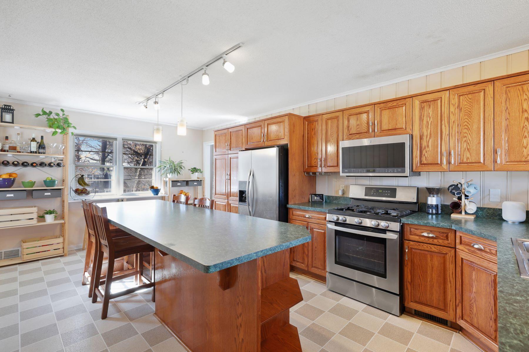 Single Family Homes por un Venta en Great Golden Valley Walk-Out Rambler Opportunity! 1525 Winnetka Ave N Golden Valley, Minnesota 55427 Estados Unidos