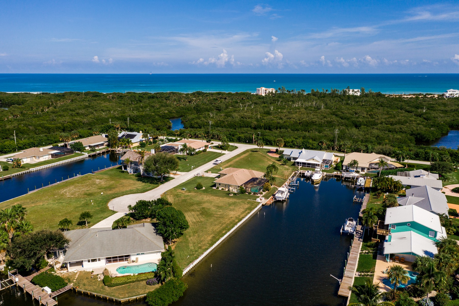 Land voor Verkoop op Build Your Dream Home on Property Featuring 170' of River Frontage 15 Crown Court Hutchinson Island, Florida 34949 Verenigde Staten
