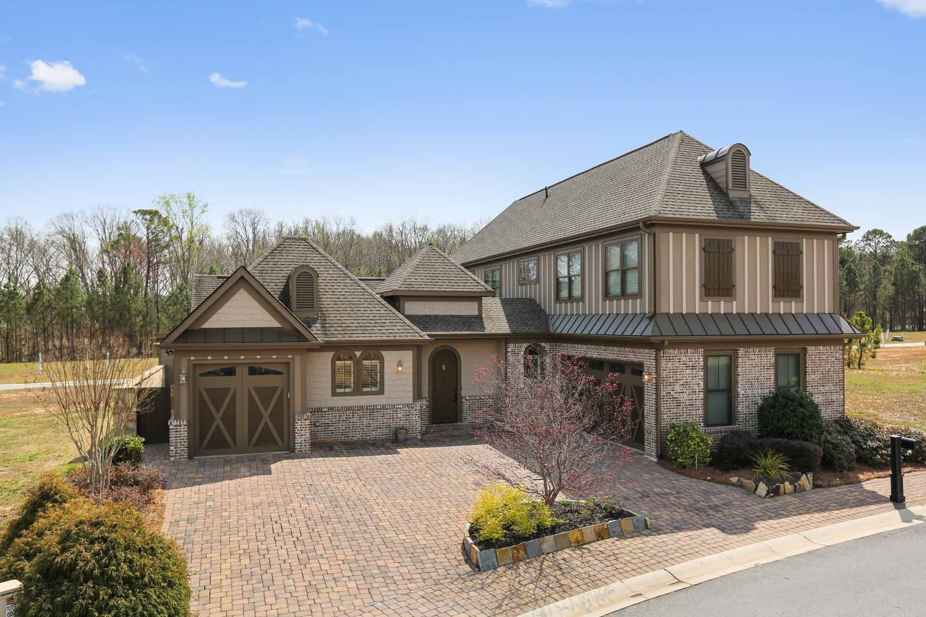 Maison unifamiliale pour l Vente à Stunning Courtyard Home 130 Batten Board Way Woodstock, Georgia, 30189 États-Unis
