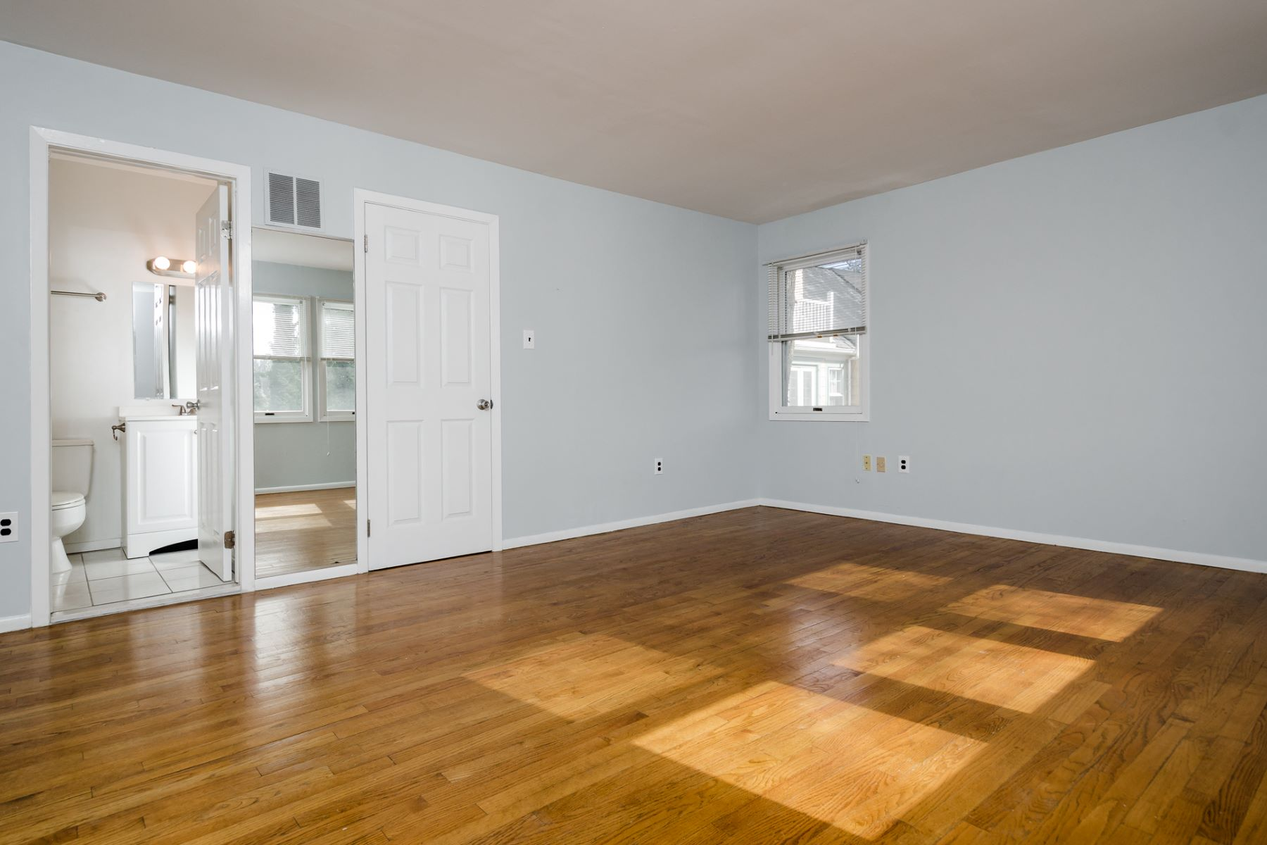 Additional photo for property listing at Sunny Townhome, Perfectly Poised on Nassau Street 305 Nassau Street Princeton, New Jersey 08540 United States