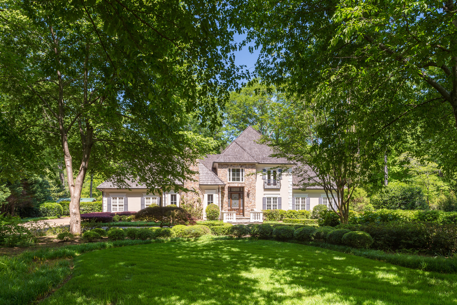 Villa per Affitto alle ore Gorgeous Riverfront Property 1756 Brandon Hall Drive Sandy Springs, Georgia 30350 Stati Uniti