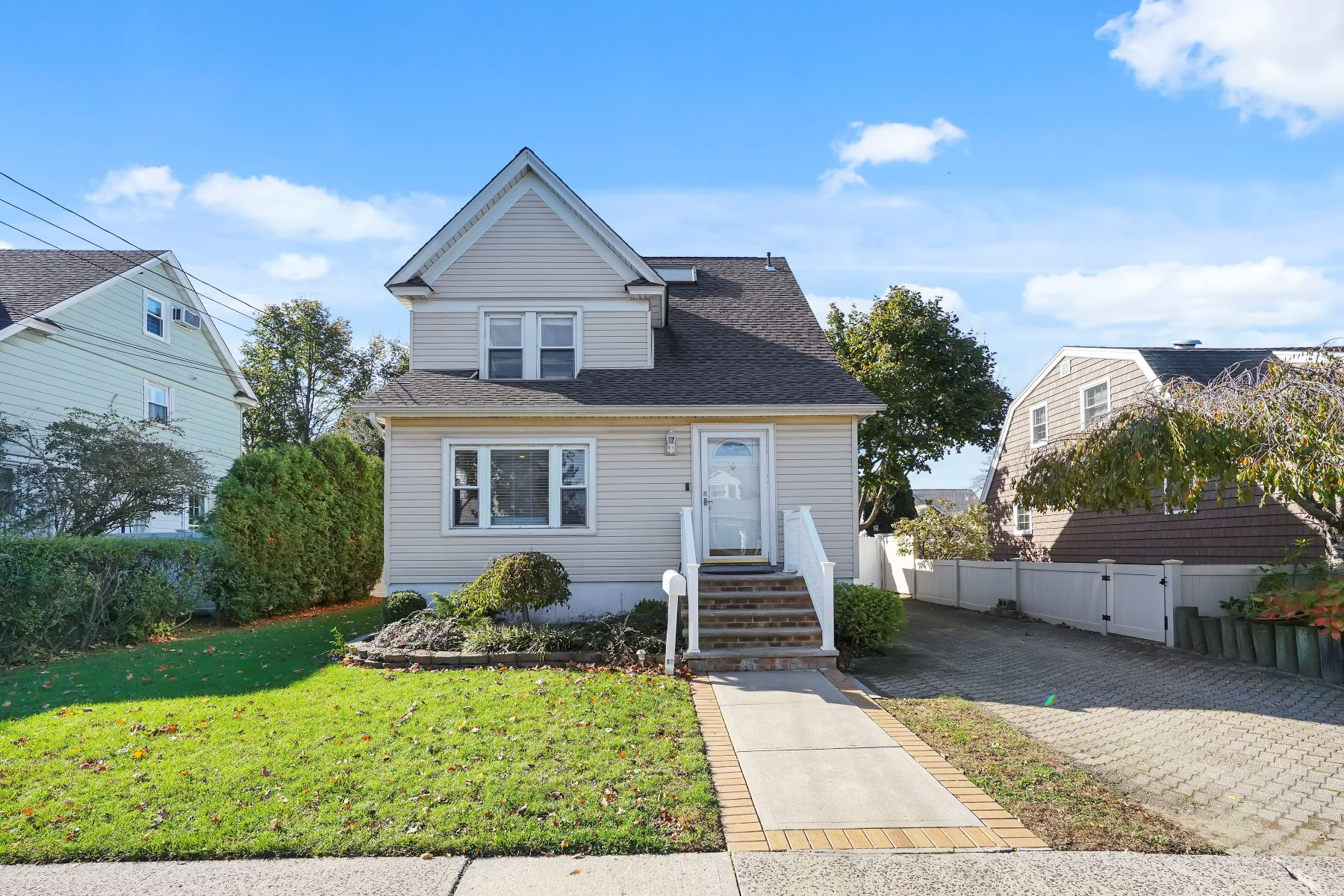 Single Family Homes for Active at 14 South Franklin Avenue Lynbrook, New York 11563 United States