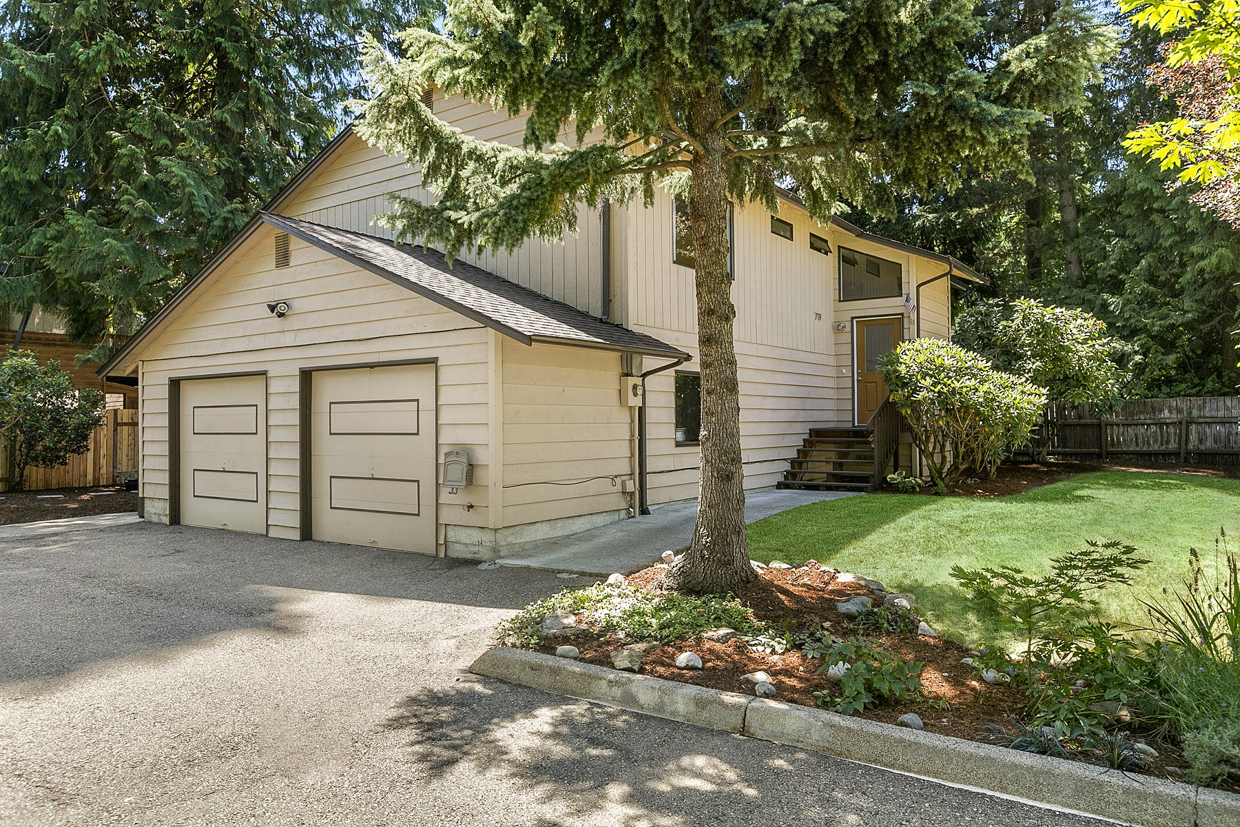Single Family Home for Sale at Immaculate Richmond Highlands Traditional 719 N 184th Street Shoreline, Washington 98133 United States