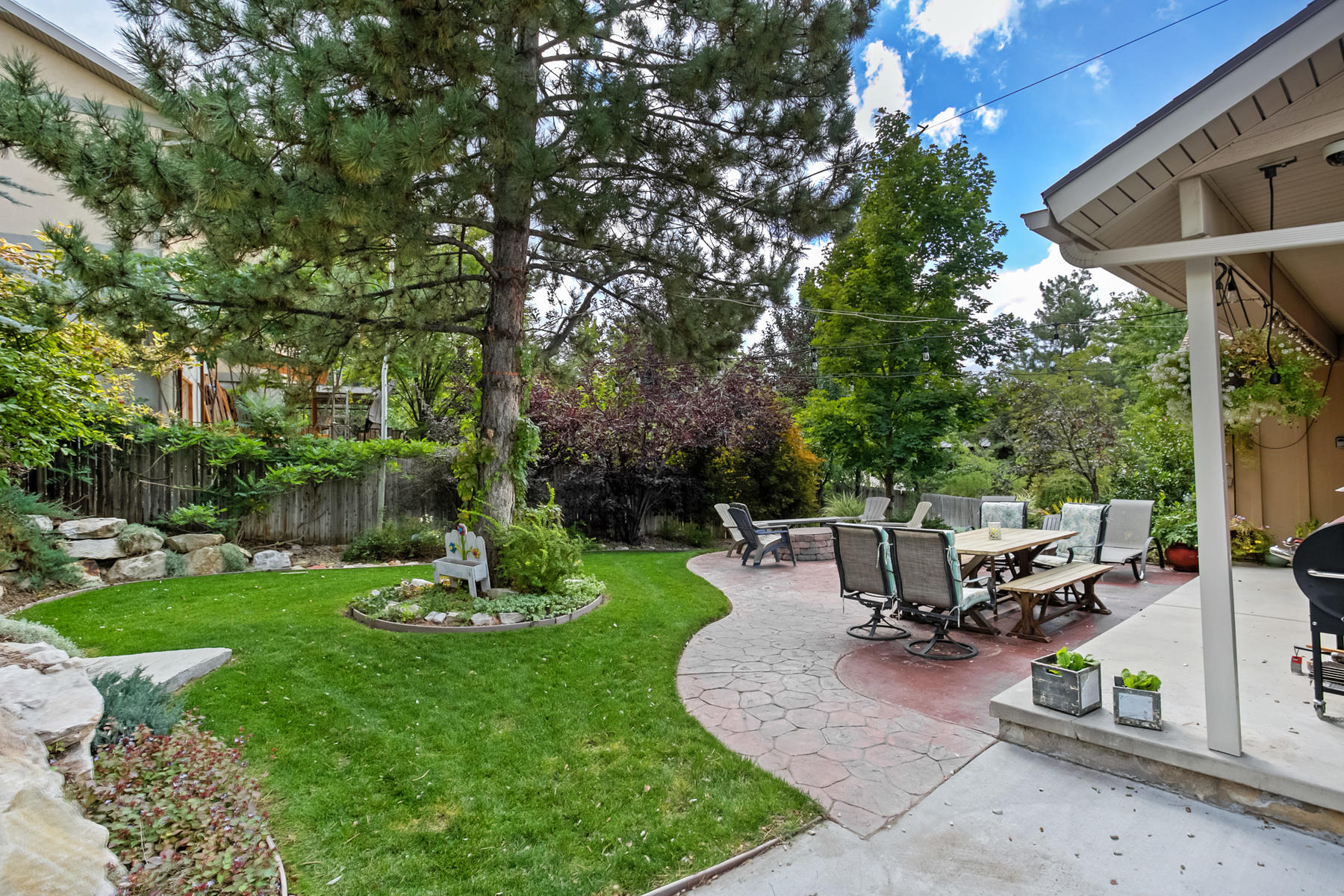Additional photo for property listing at Rare Open Concept Updated Sandy Home 9722 S Buttonwood Cir Sandy, Utah 84092 United States