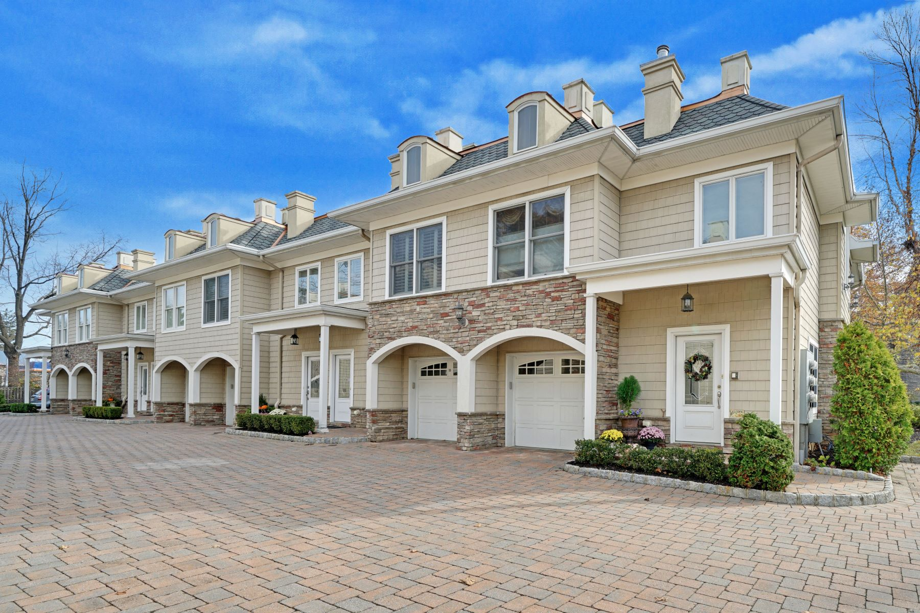 Maison accolée pour l Vente à Beautifully Upgraded End Unit Townhouse in Virginia Crossing 96 Virginia Ave, Manasquan, New Jersey 08736 États-Unis
