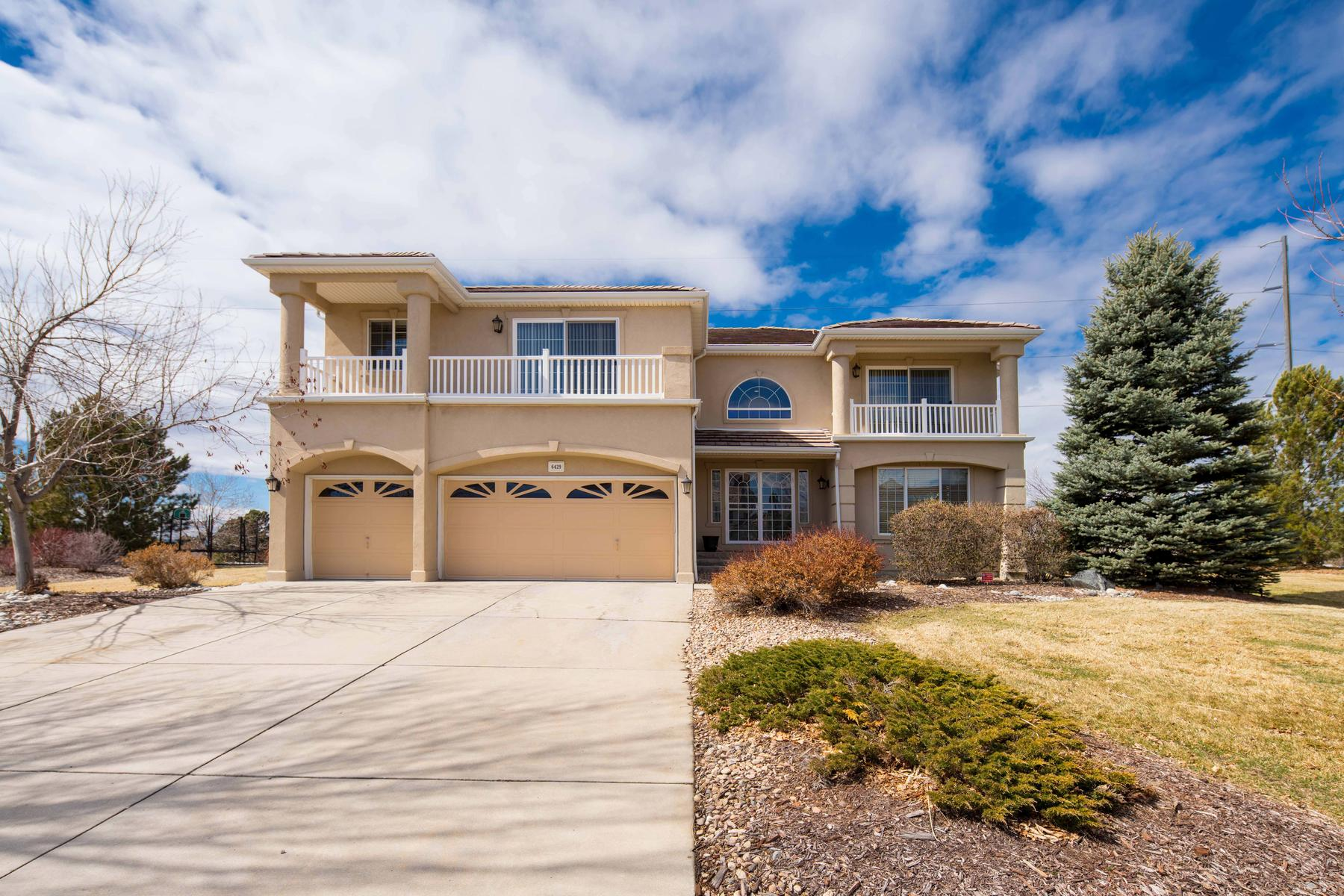 Single Family Homes のために 売買 アット Pride of ownership is obvious in this immaculate home situated on a 1-acre 6429 S Ouray Way, Aurora, コロラド 80016 アメリカ