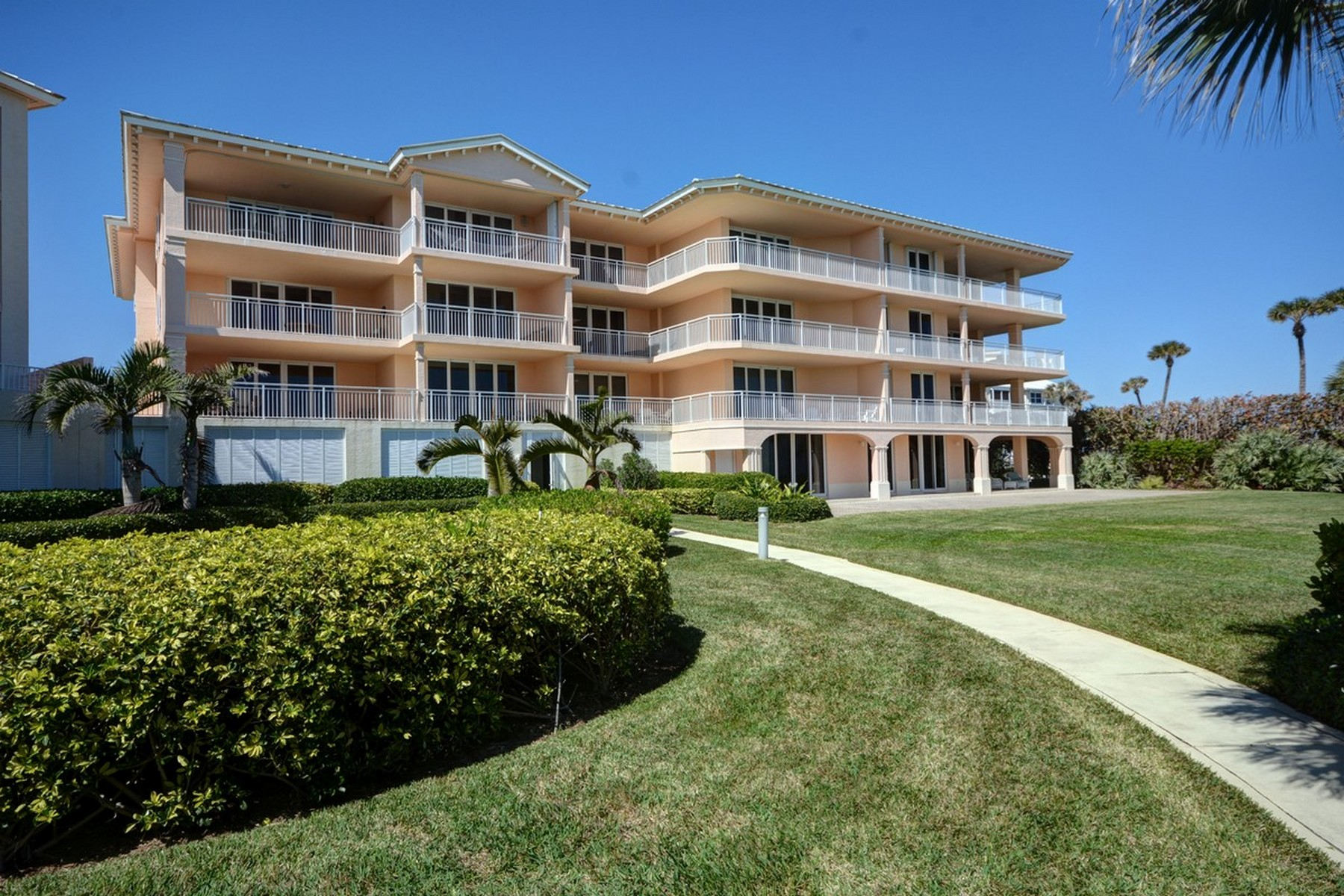 Condomínio para Venda às Spectacular Direct Oceanfront Condo 8876 N Sea Oaks Way #406 Vero Beach, Florida, 32963 Estados Unidos