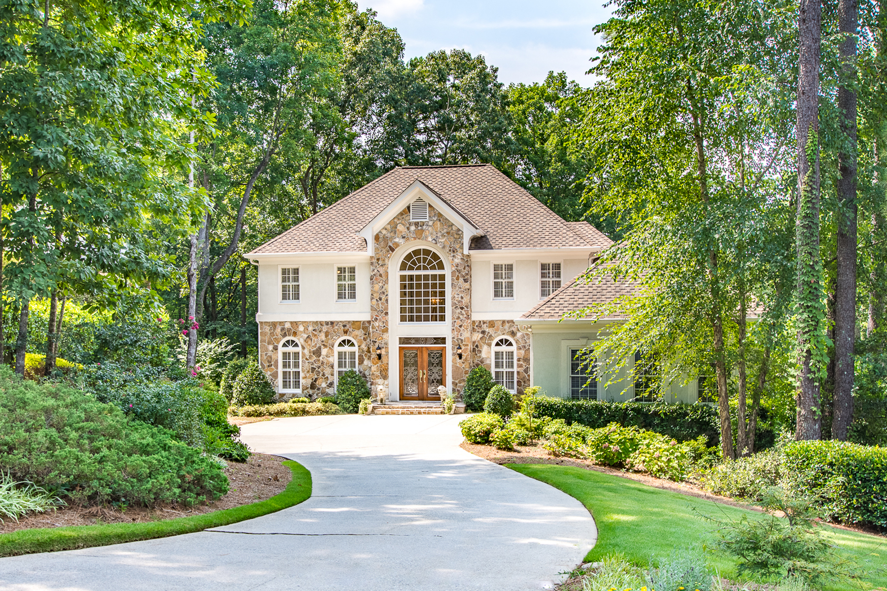 Property のために 売買 アット Gorgeous Home On Cul De Sac Lot Overlooking Lake In Country Club Of The South 1060 Matheson Way, Johns Creek, ジョージア 30022 アメリカ