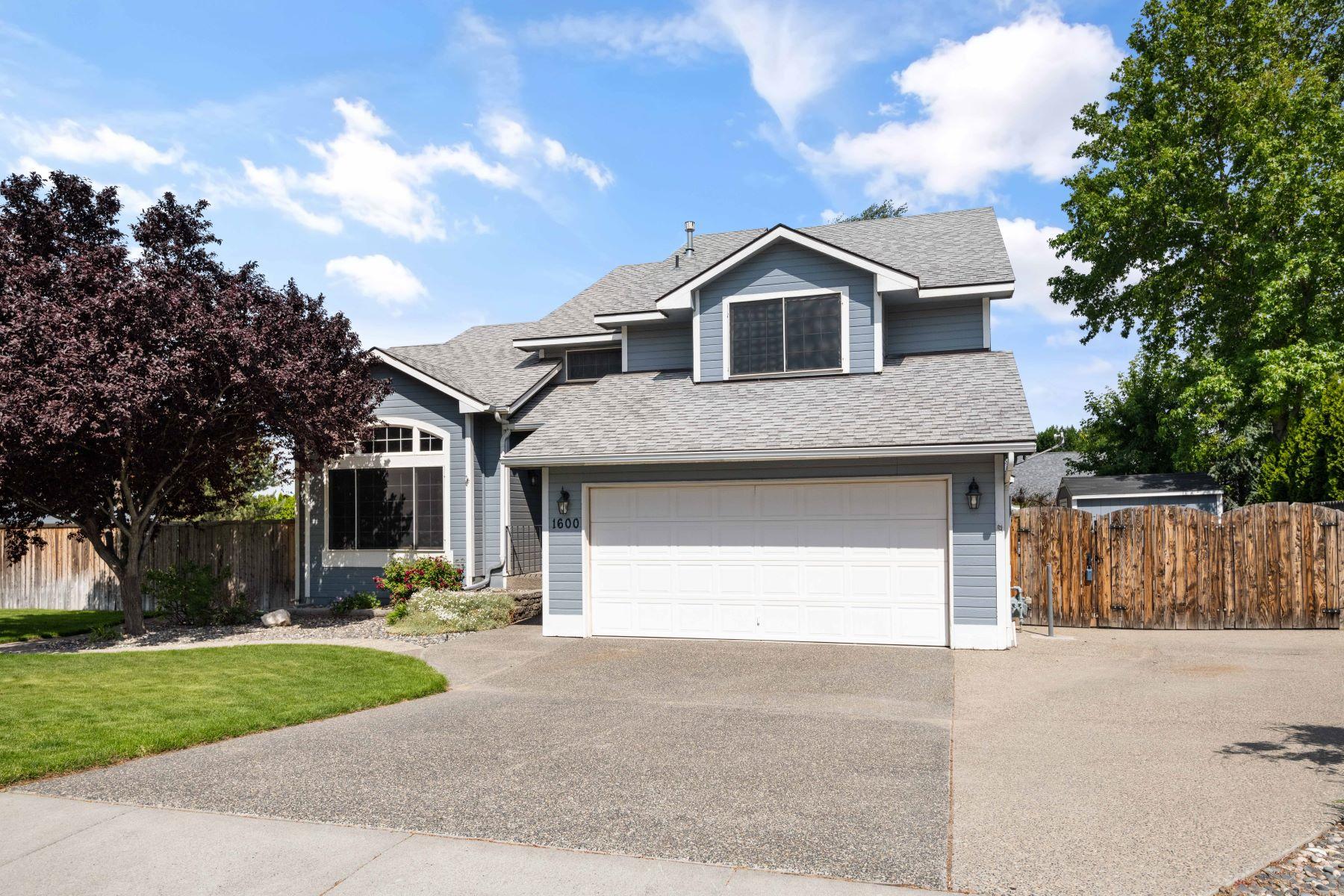 Single Family Homes for Sale at Beautiful home,amazing location,what a gem! 1600 Alamosa, Richland, Washington 9935 United States