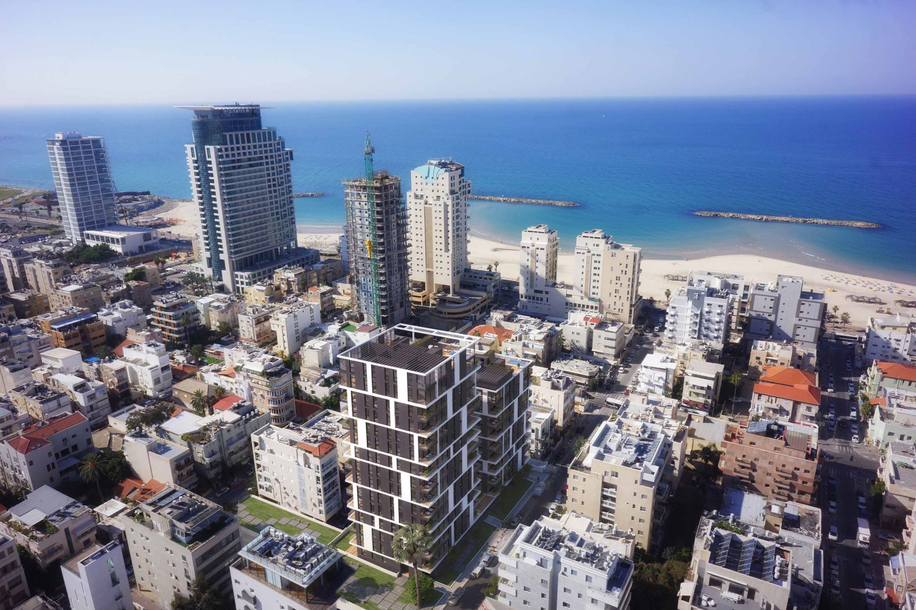 Additional photo for property listing at Intriguing Garden Apartment in a New Development Tel Aviv, Israel Israël