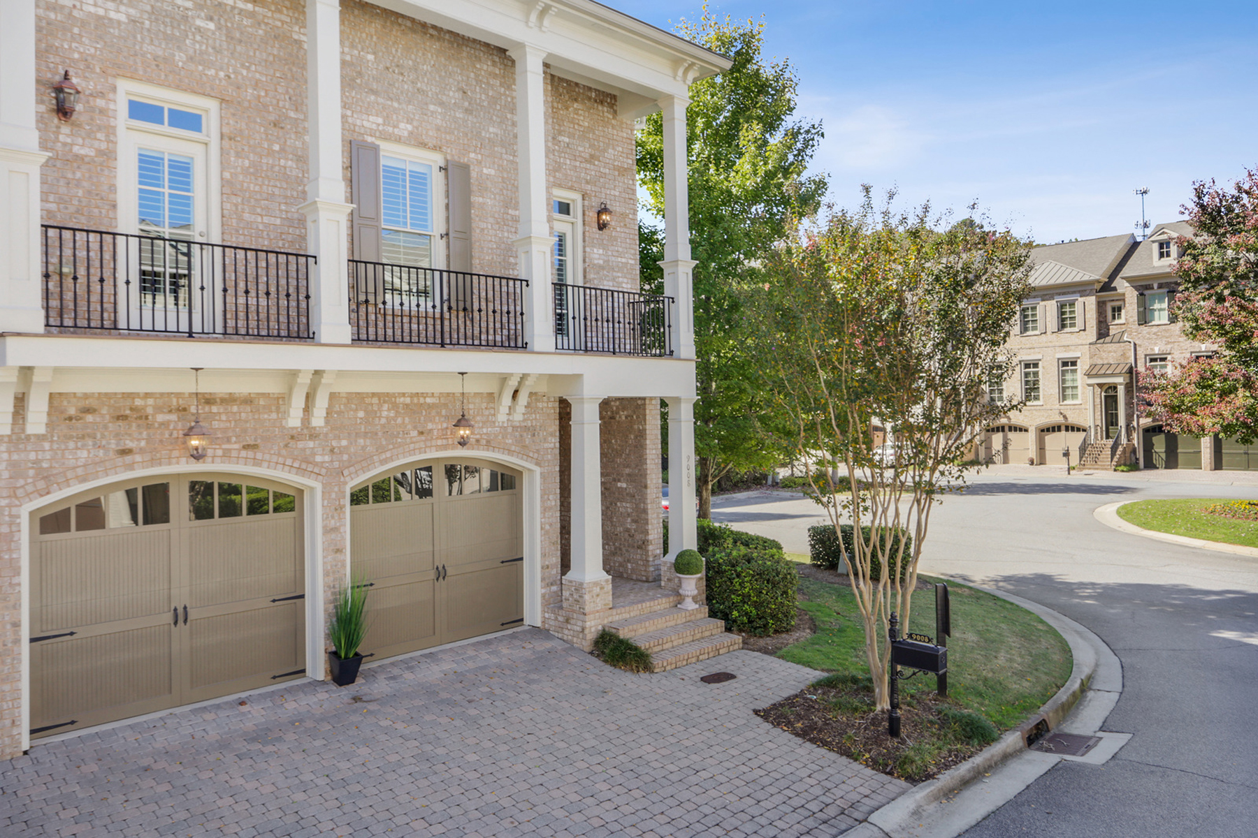 Property のために 売買 アット Exceptional Townhome Living 9008 Riverbend Manor, Alpharetta, ジョージア 30022 アメリカ