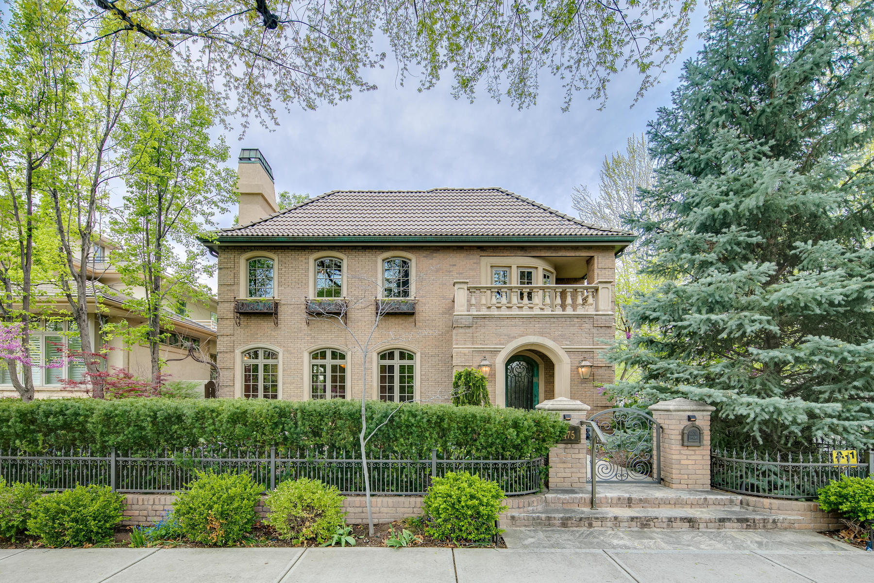 Single Family Homes 为 销售 在 This incredible Mediterranean-Revival style home in the heart of Cherry Creek No 475 Madison Street 丹佛, 科罗拉多州 80206 美国