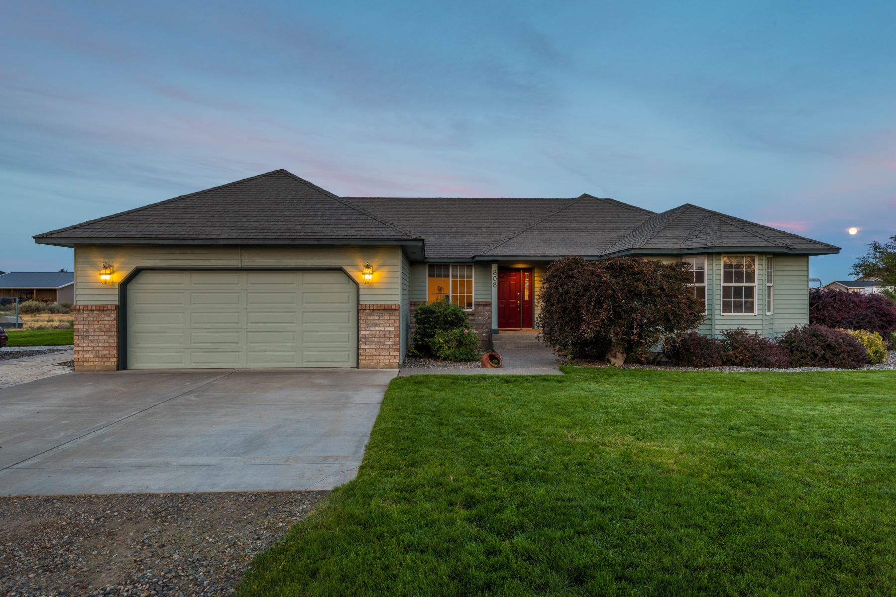 Single Family Homes for Sale at WONDERFUL HOME WITH ACREAGE CLOSE TO EVERYTHING 808 S 54TH AVE West Richland, Washington 99353 United States