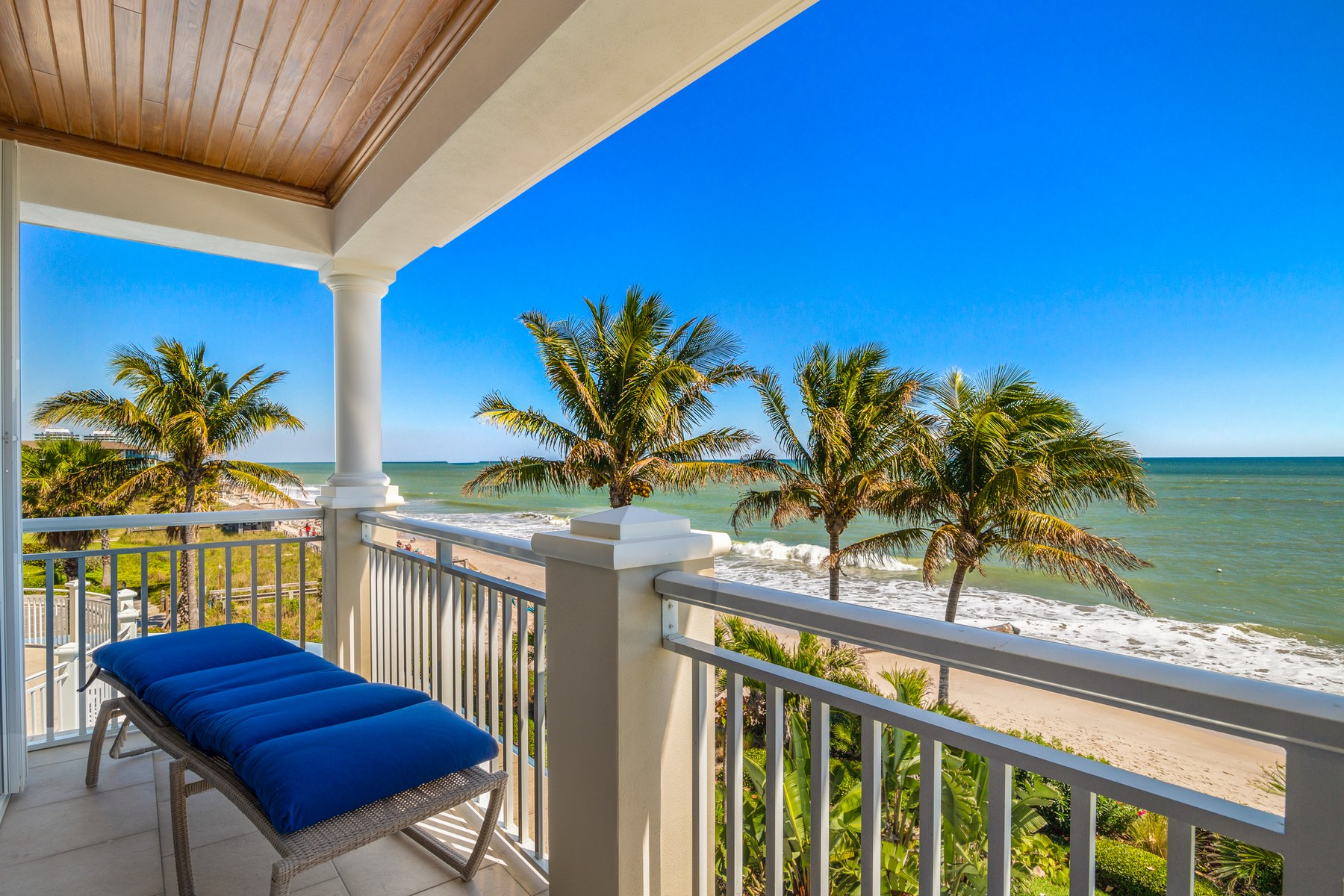 Property для того Продажа на Elegant Oceanfront Townhome Right in Town 1010 Easter Lily Ln #105 Vero Beach, Флорида 32963 Соединенные Штаты