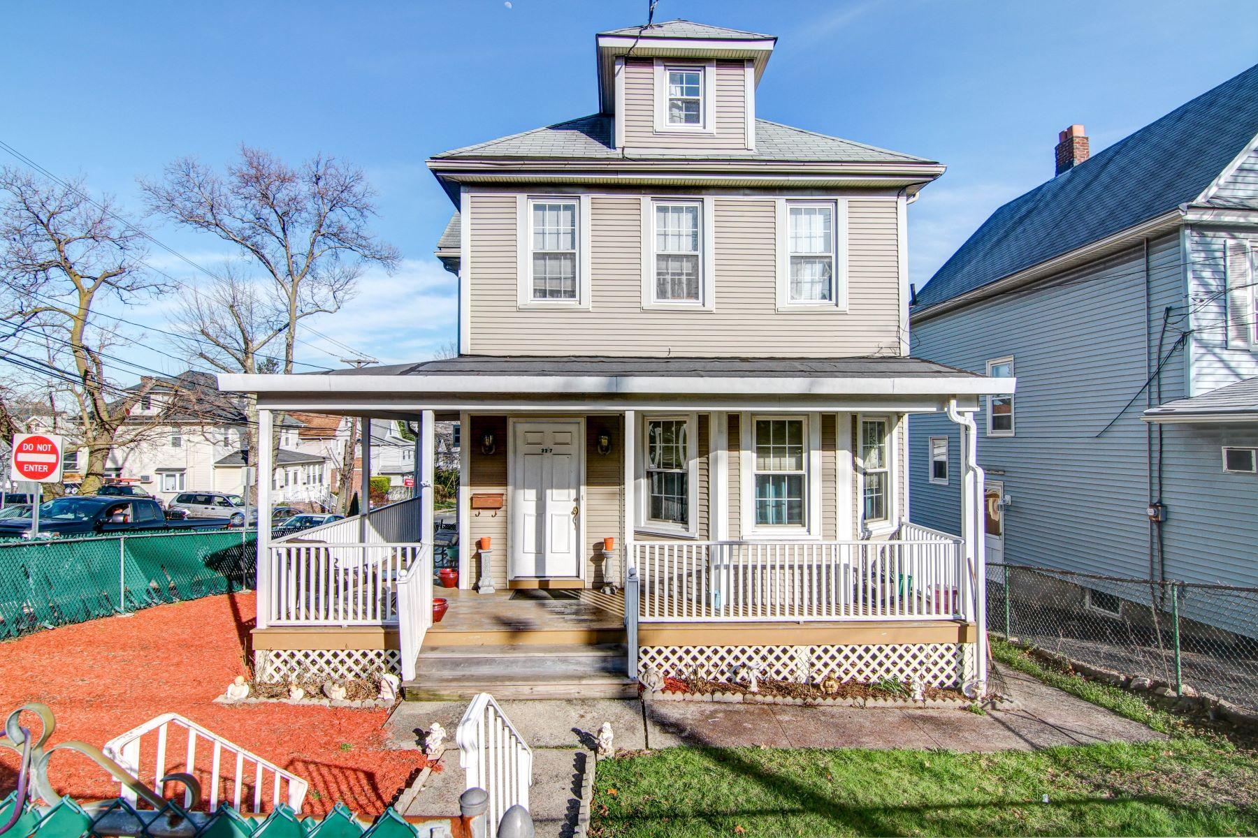 Частный односемейный дом для того Продажа на Charming Colonial Home 227 Teaneck Road Ridgefield Park, Нью-Джерси 07660 Соединенные Штаты