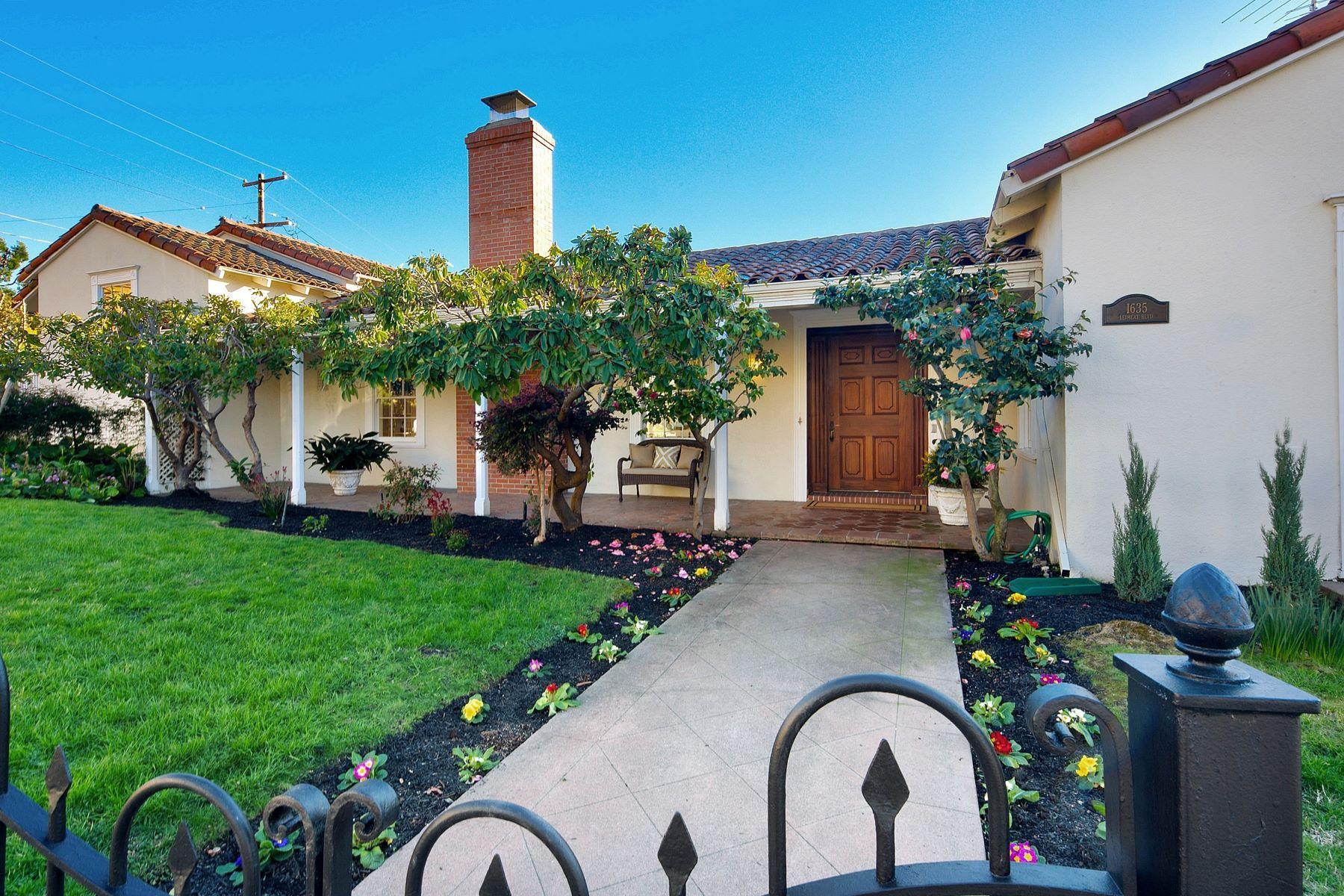 Casa Unifamiliar por un Venta en Welcome To This Classic Mediterranean Style Home 1635 Leimert Boulevard Oakland, California 94602 Estados Unidos