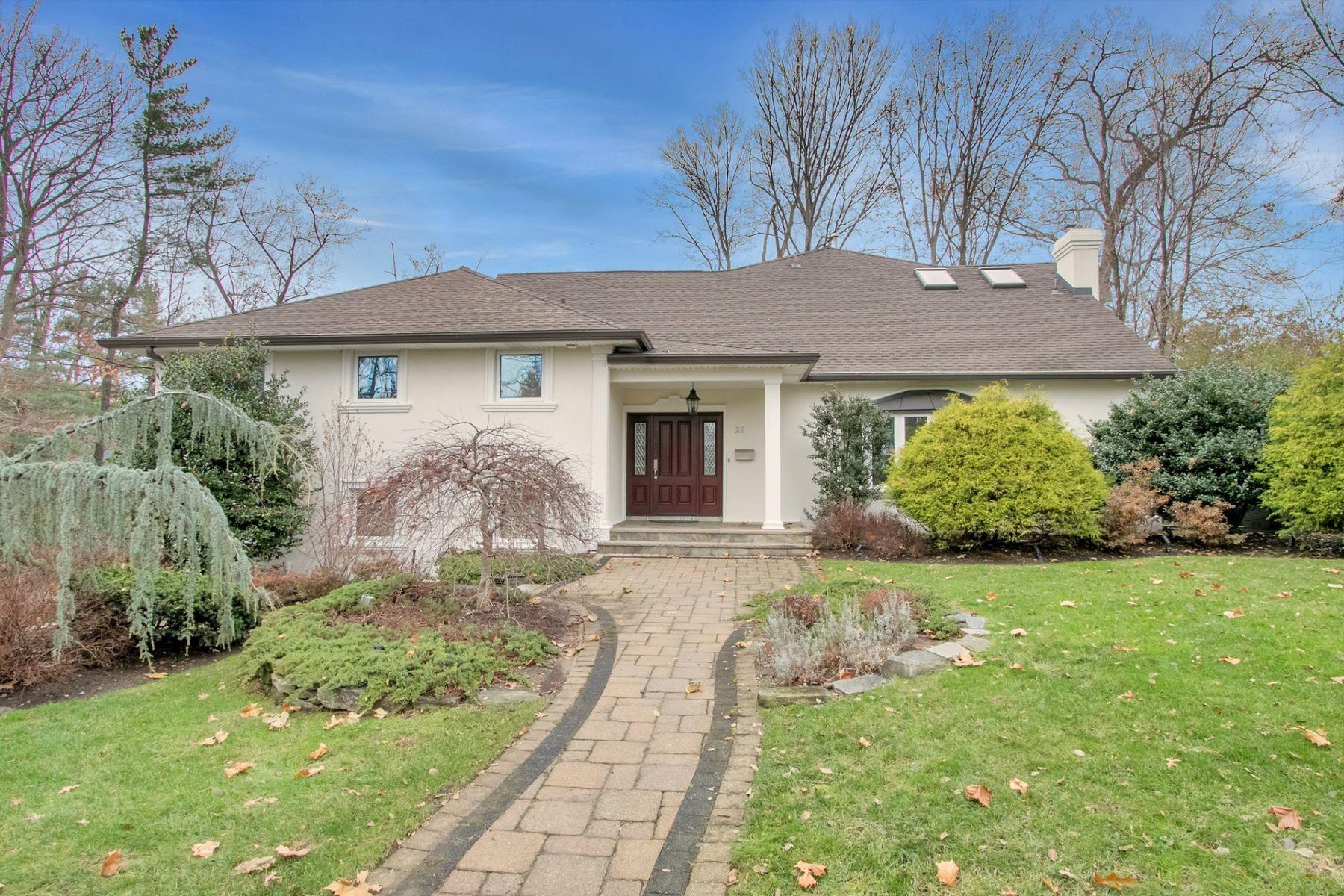 Maison unifamiliale pour l Vente à Beautifully Appointed Home 21 Kimhunter Road, Englewood Cliffs, New Jersey 07632 États-Unis