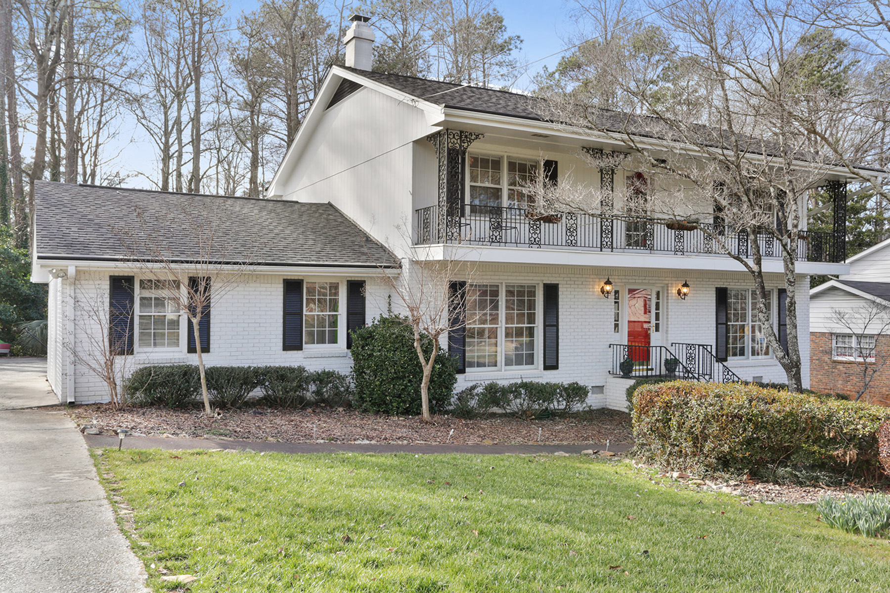 Частный односемейный дом для того Продажа на Wonderfully Renovated Home In Great Dunwoody Location 5136 Mount Vernon Way Dunwoody, Georgia 30338 United States