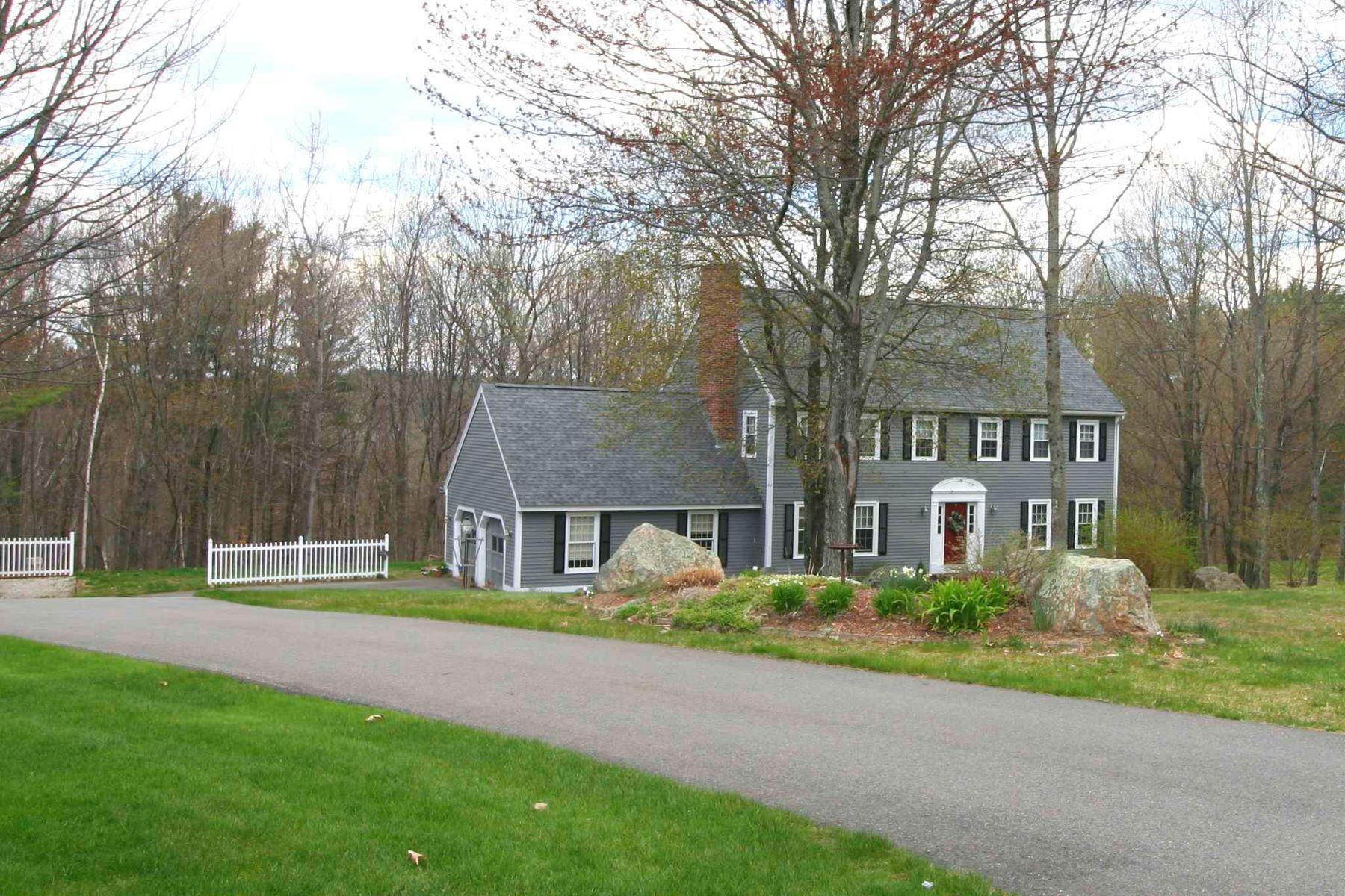 Single Family Homes 为 销售 在 Classic Bedford Colonial 12 Golden Drive Bedford, 新罕布什尔州 03110 美国
