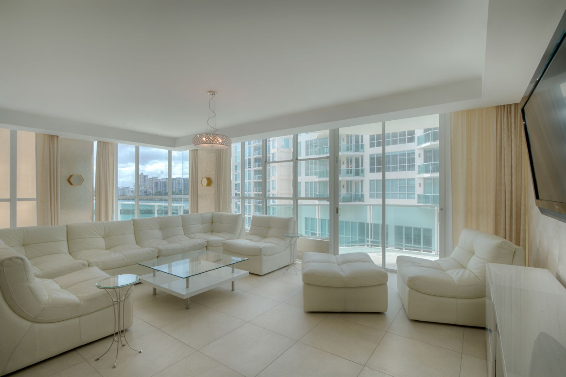 Additional photo for property listing at Exciting Sixth Floor Residence with Private Pool at Bahia Plaza 25 Munoz Rivera Avenue apt 601 San Juan, Puerto Rico 00901 Porto Rico