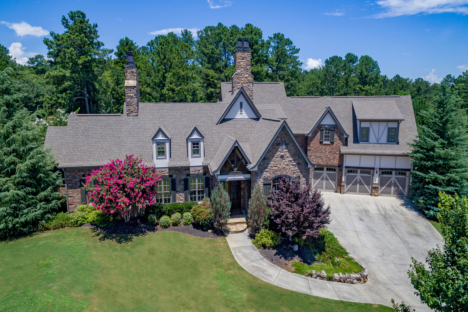 Moradia para Venda às Captivating French Country Estate on 1.2 +/- Acres with Walk-Out Backyard 4040 Southdown Lane NW Kennesaw, Geórgia, 30152 Estados Unidos
