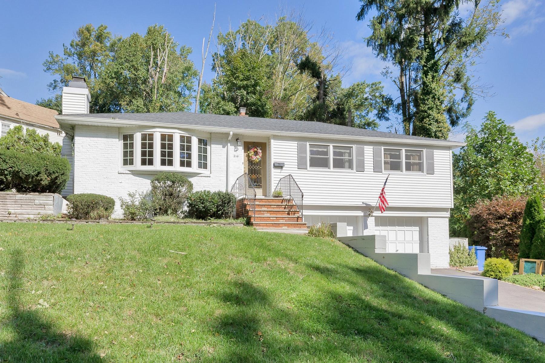 独户住宅 为 销售 在 Gracious and Inviting 214 Oak Tree Rd, Mountainside, 新泽西州 07092 美国