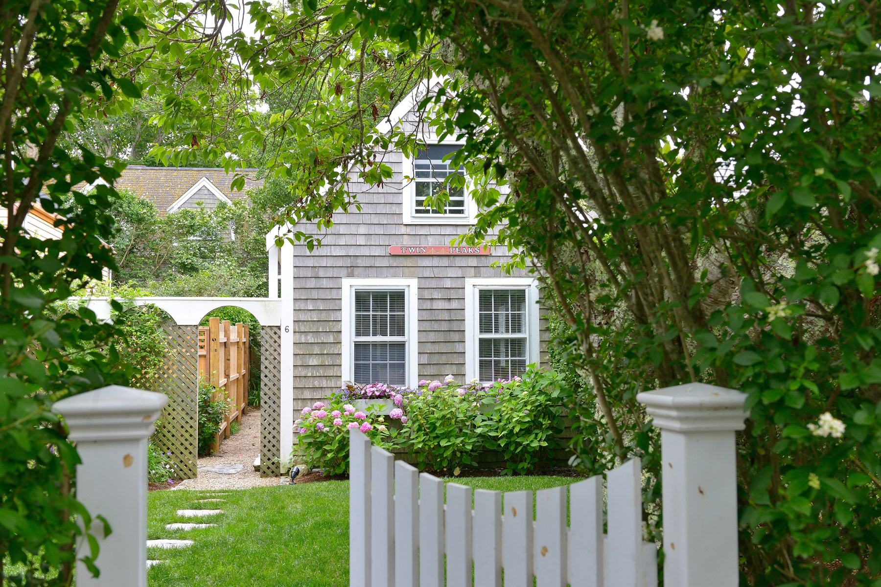 Single Family Homes pour l Vente à Renovated and Furnished Charm in the Middle of Sconset 6 King Street Siasconset, Massachusetts 02564 États-Unis