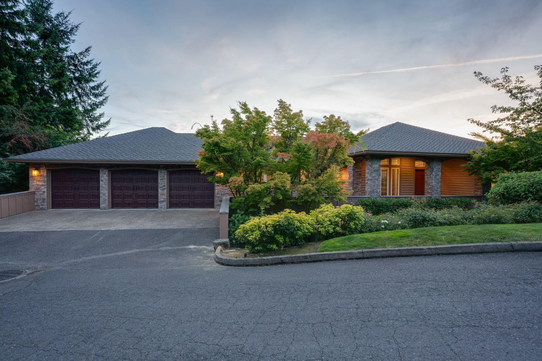 Single Family Homes pour l Vente à Elegantly Remodeled with Great Light and Incredible Views 01308 SW Military Road, Portland, Oregon 97219 États-Unis